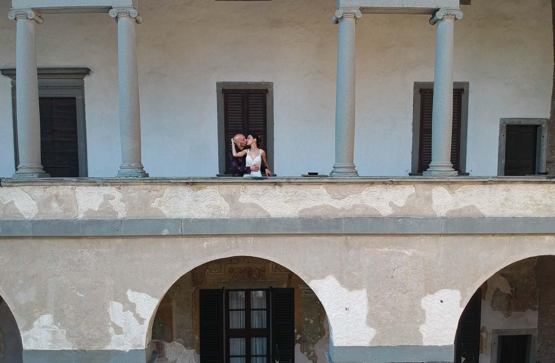 sposi bacio colonne