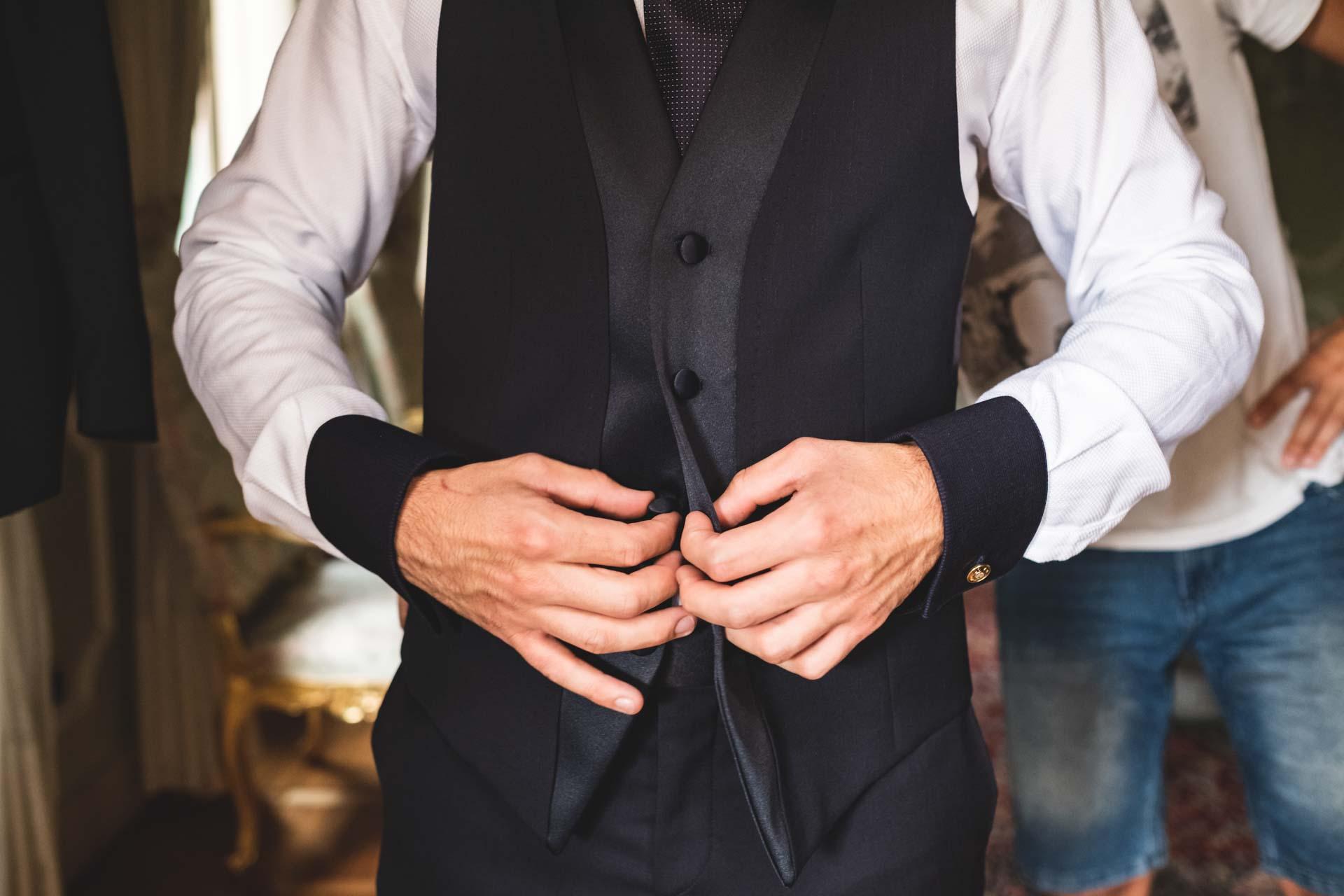 sposo abito mani