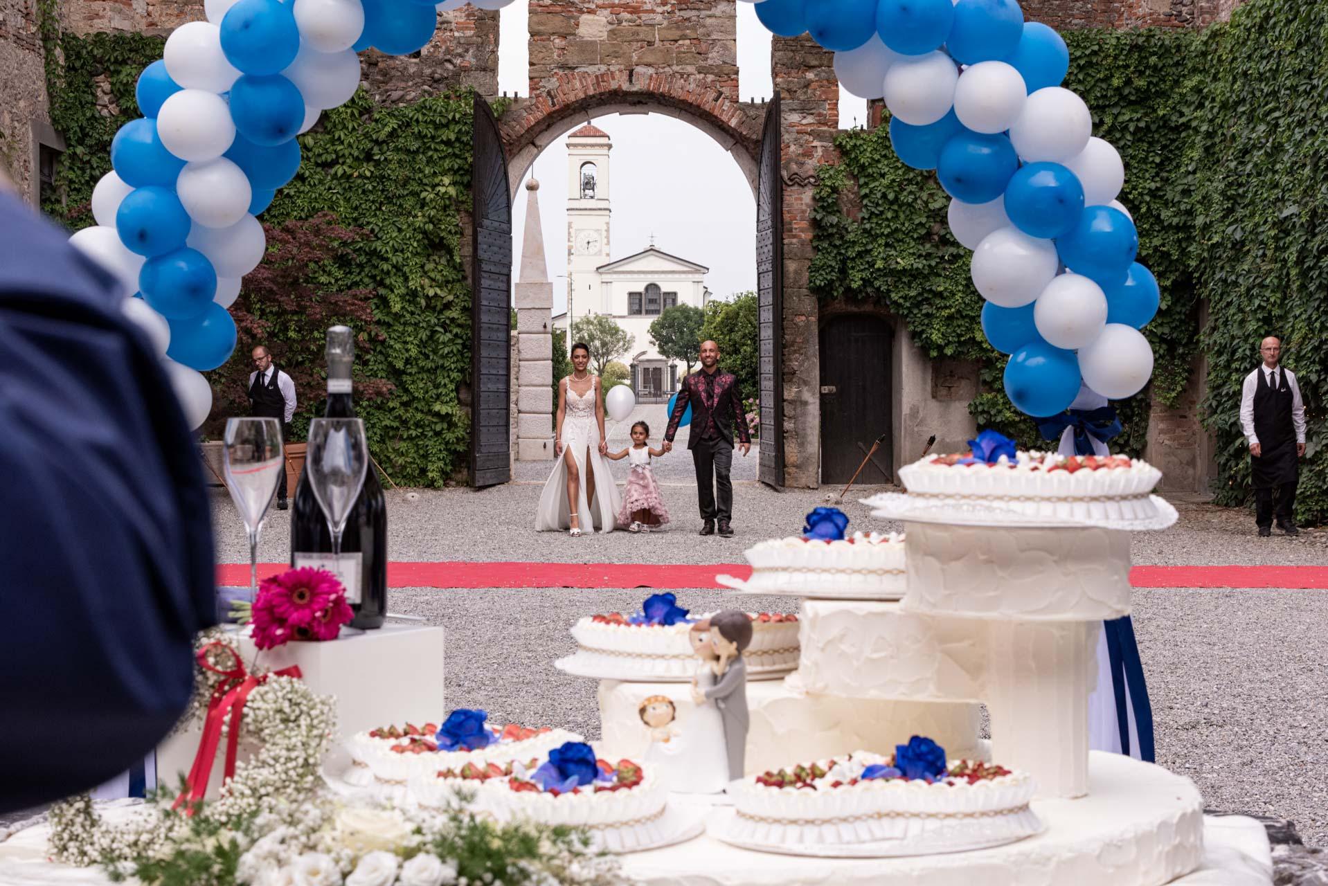 sposi matrimonio famiglia cortile interno torta