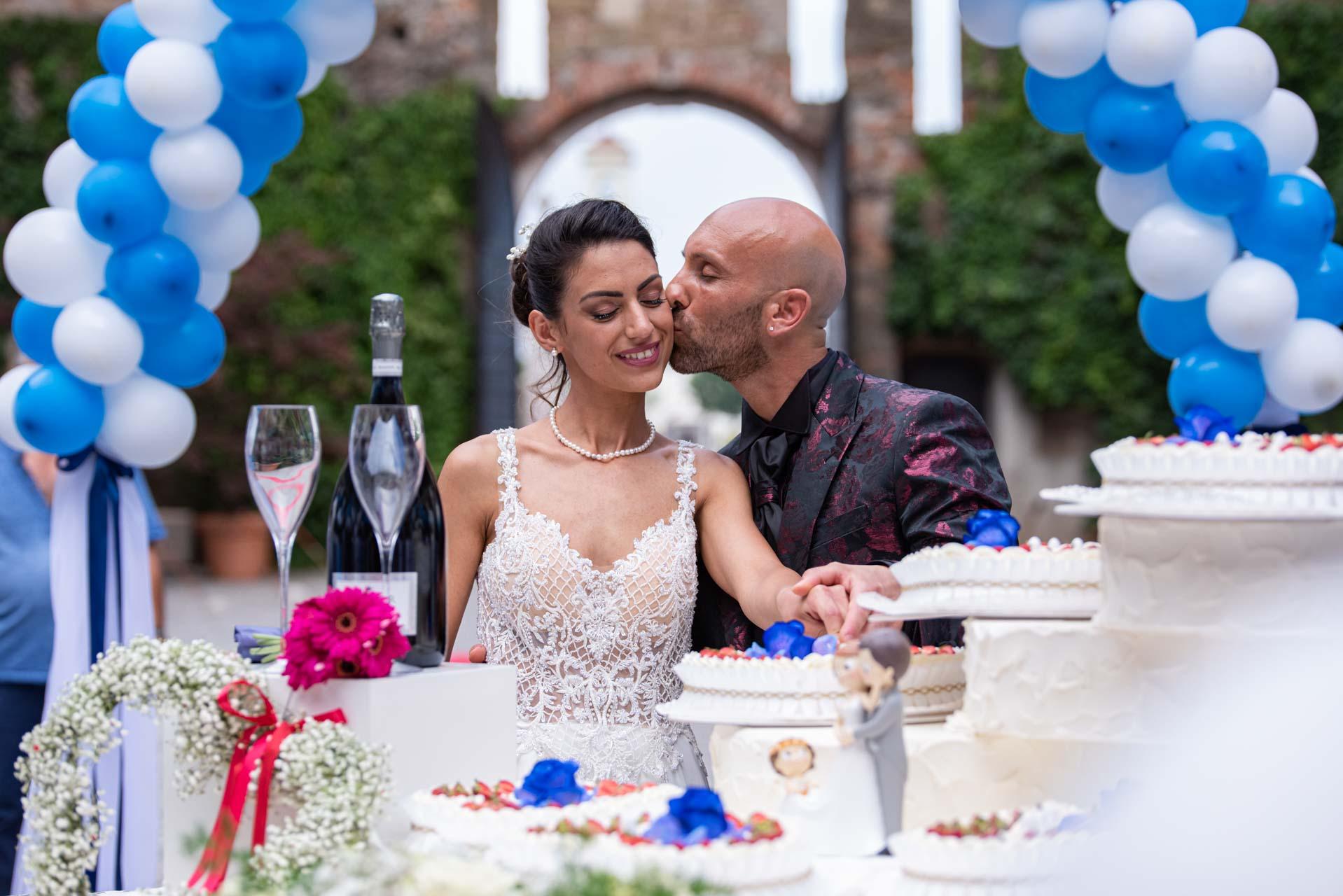 sposi bacio taglio torta