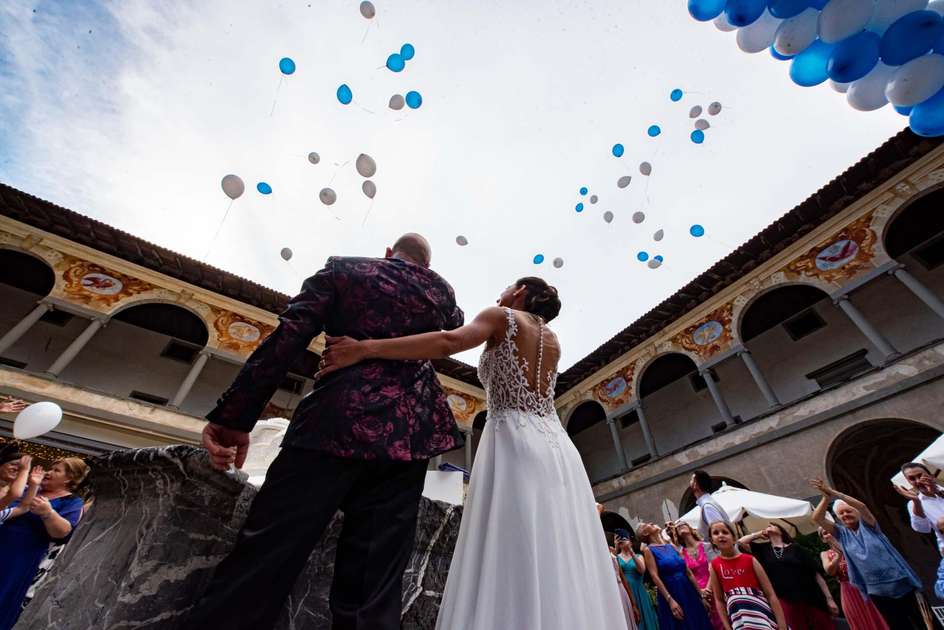 sposi matrimonio invitati cortile interno