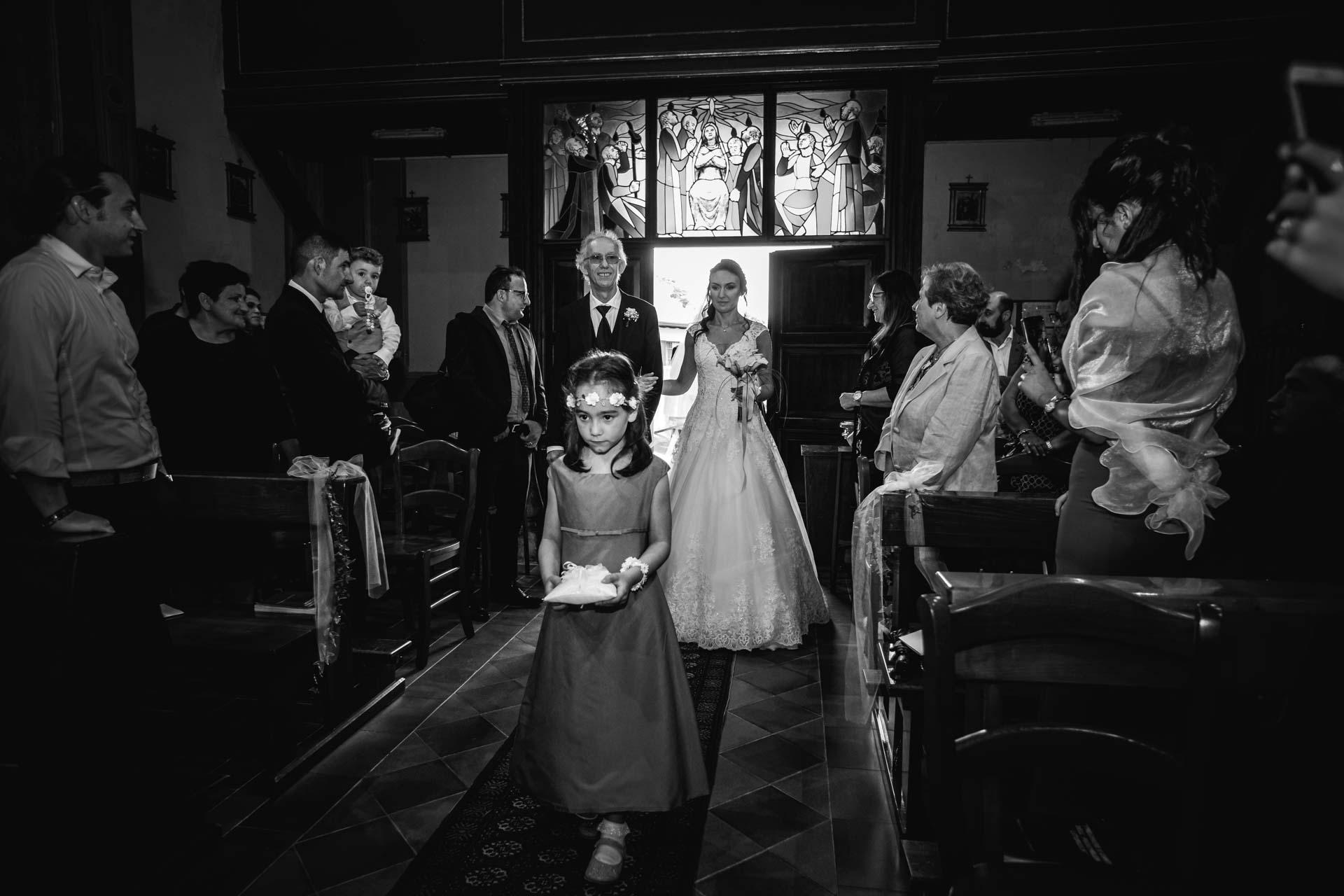 ingresso sposa paggetto papà invitati bianco nero