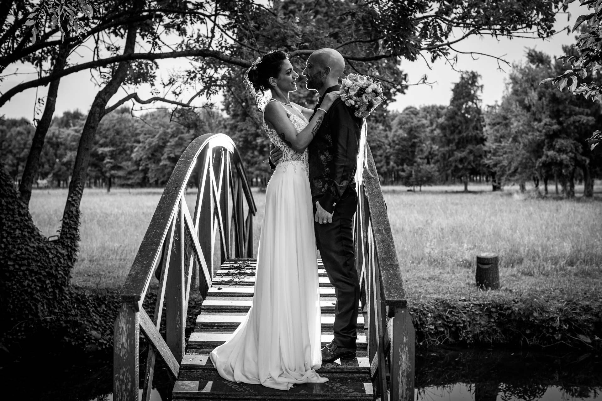 sposi abbraccio ponte bianco nero