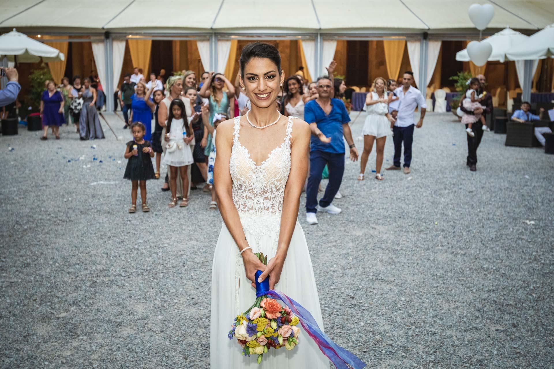 sposa lancio bouquet invitati