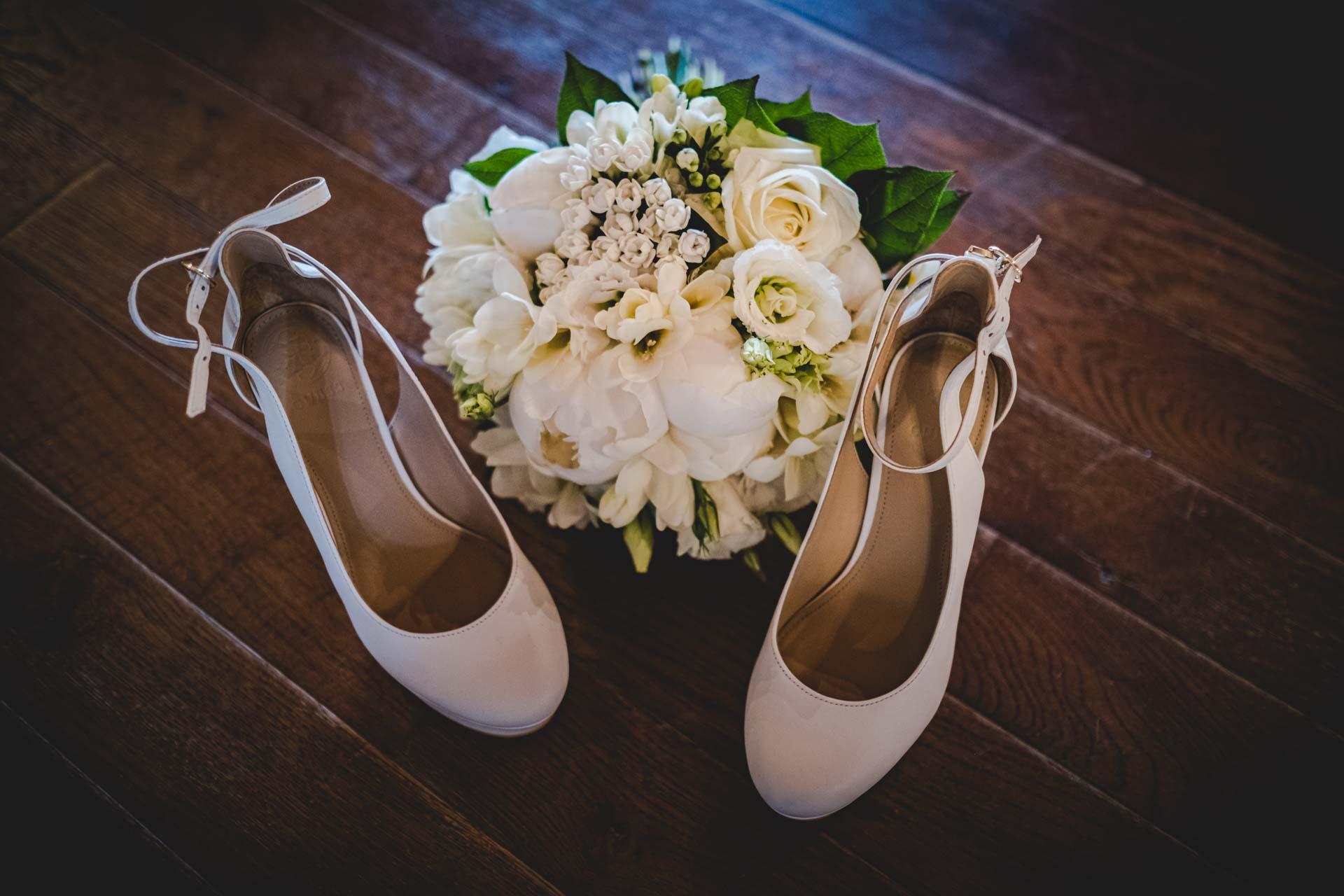 matrimonio particolare scarpe sposa bouquet