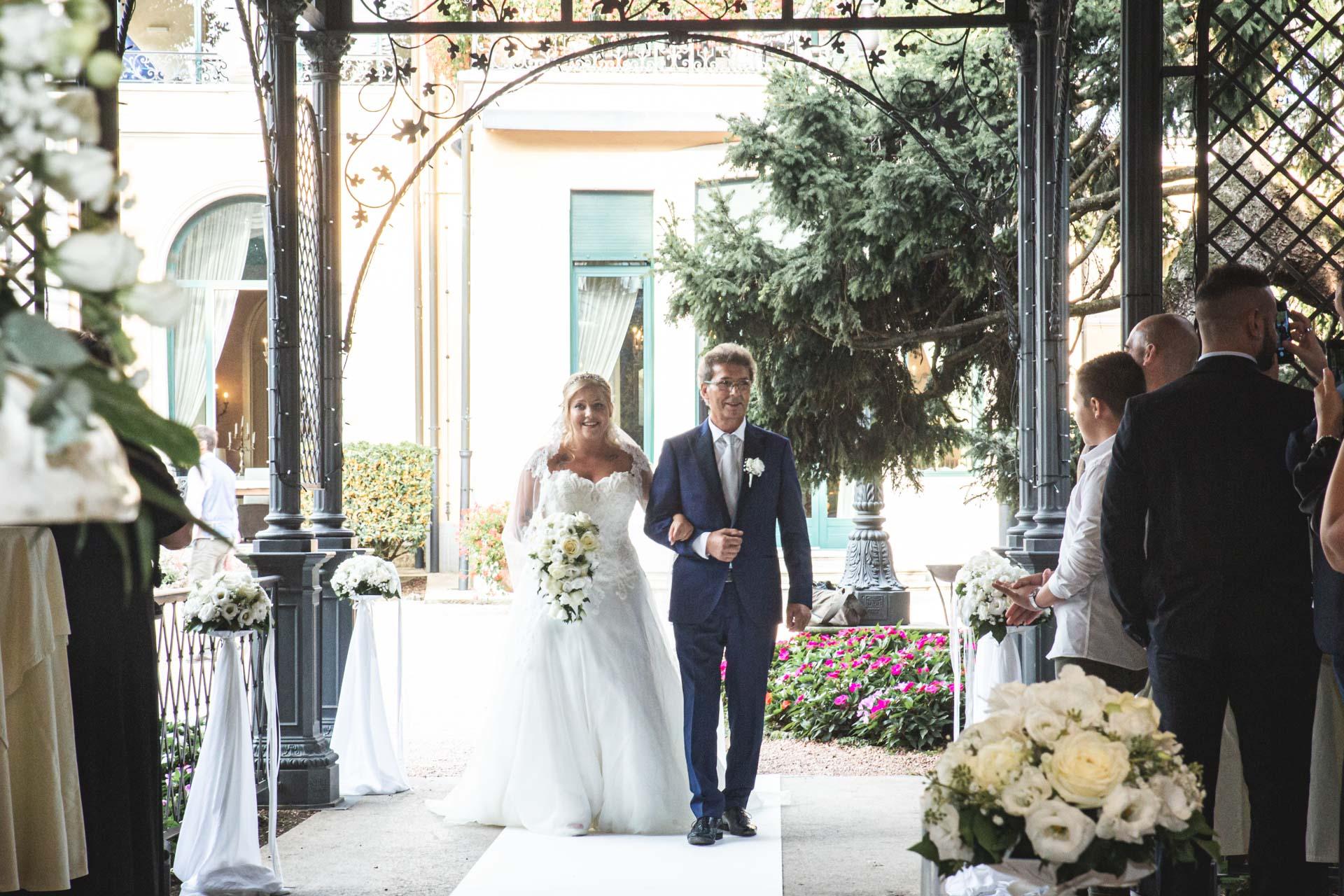 ingresso sposa papà celebrazione invitati