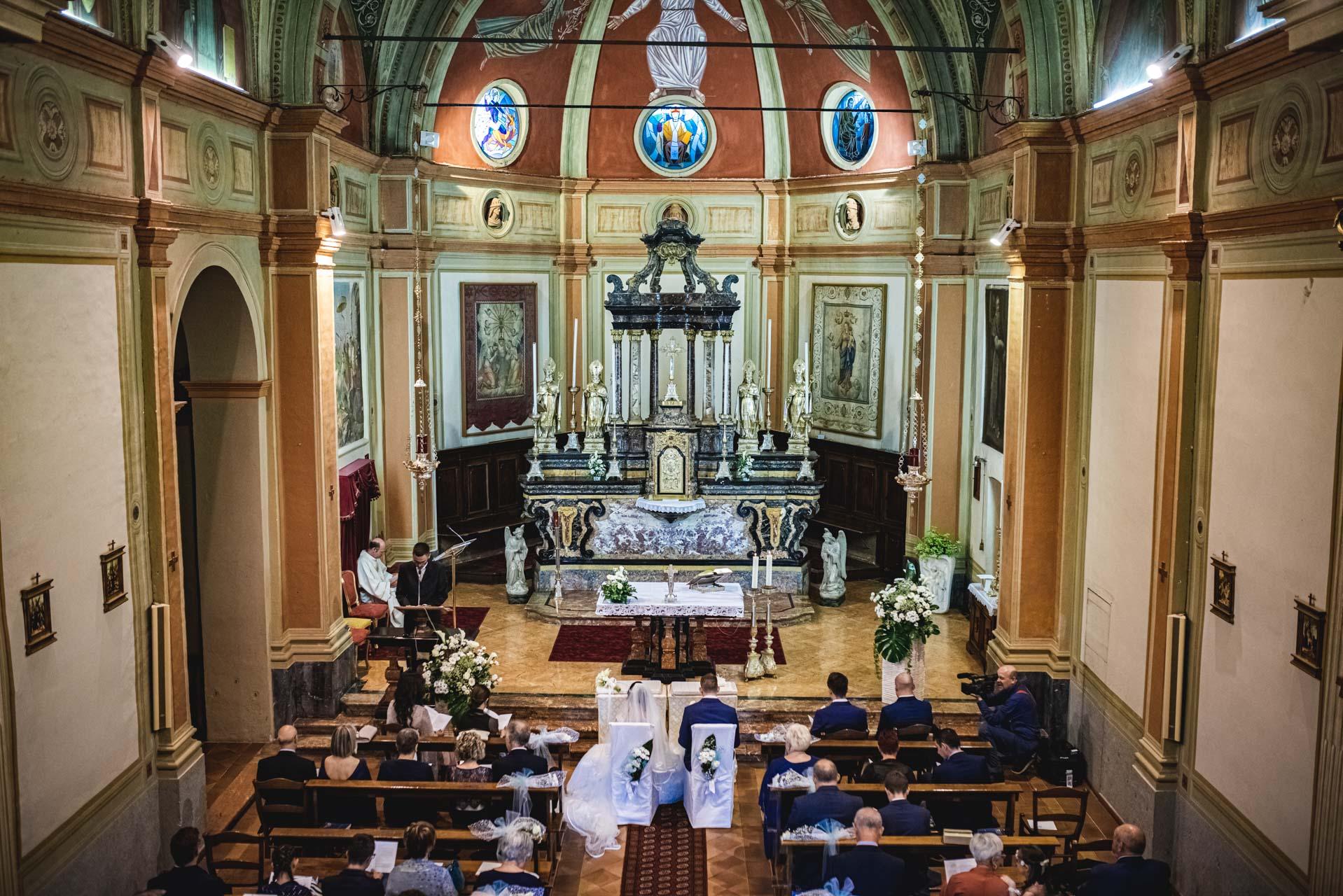 matrimonio celebrazione chiesa interno sposi invitati