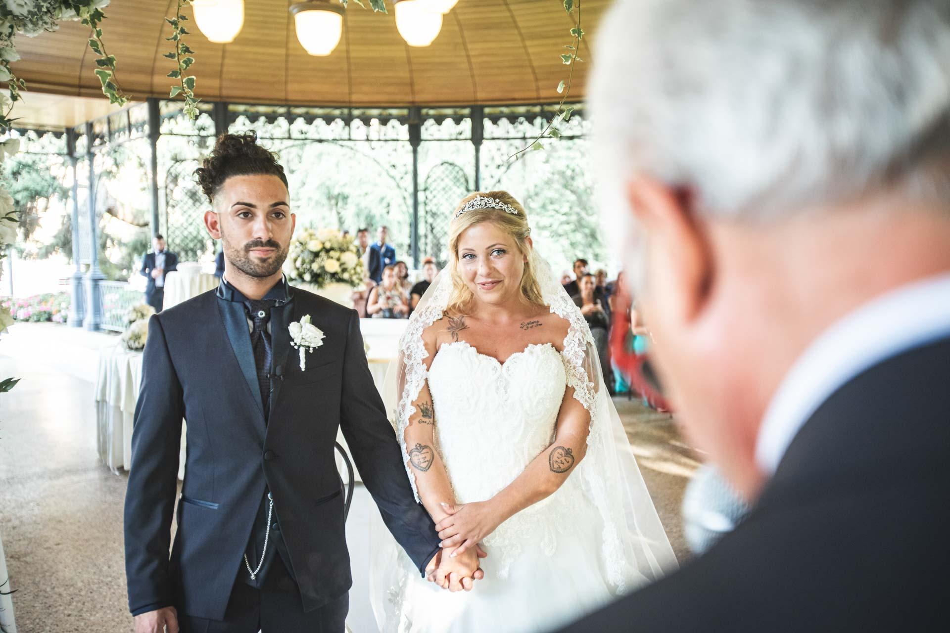 sposi matrimonio mano celebrazione