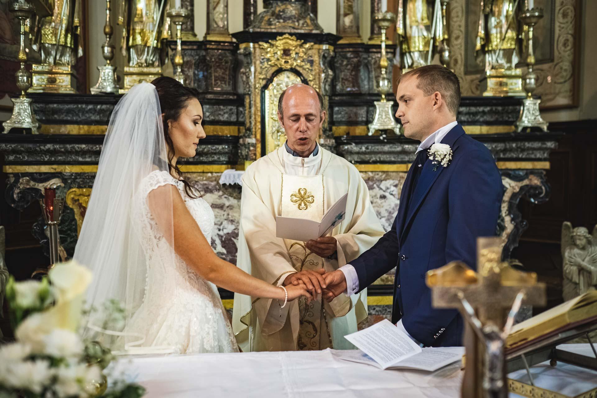 sposi sacerdote celebrazione matrimonio altare