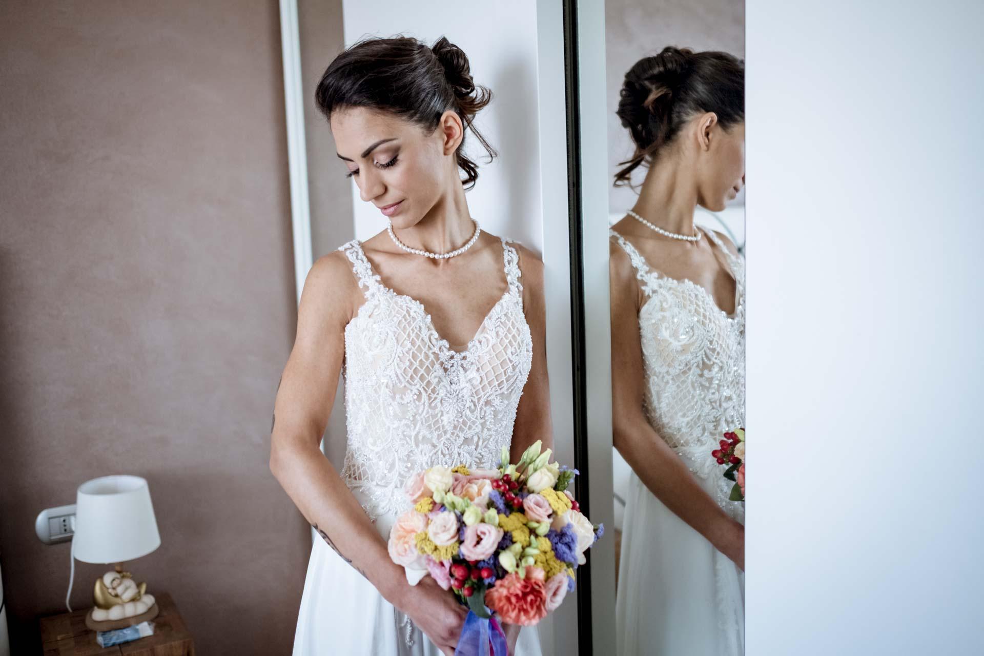 sposa abito specchio bouquet