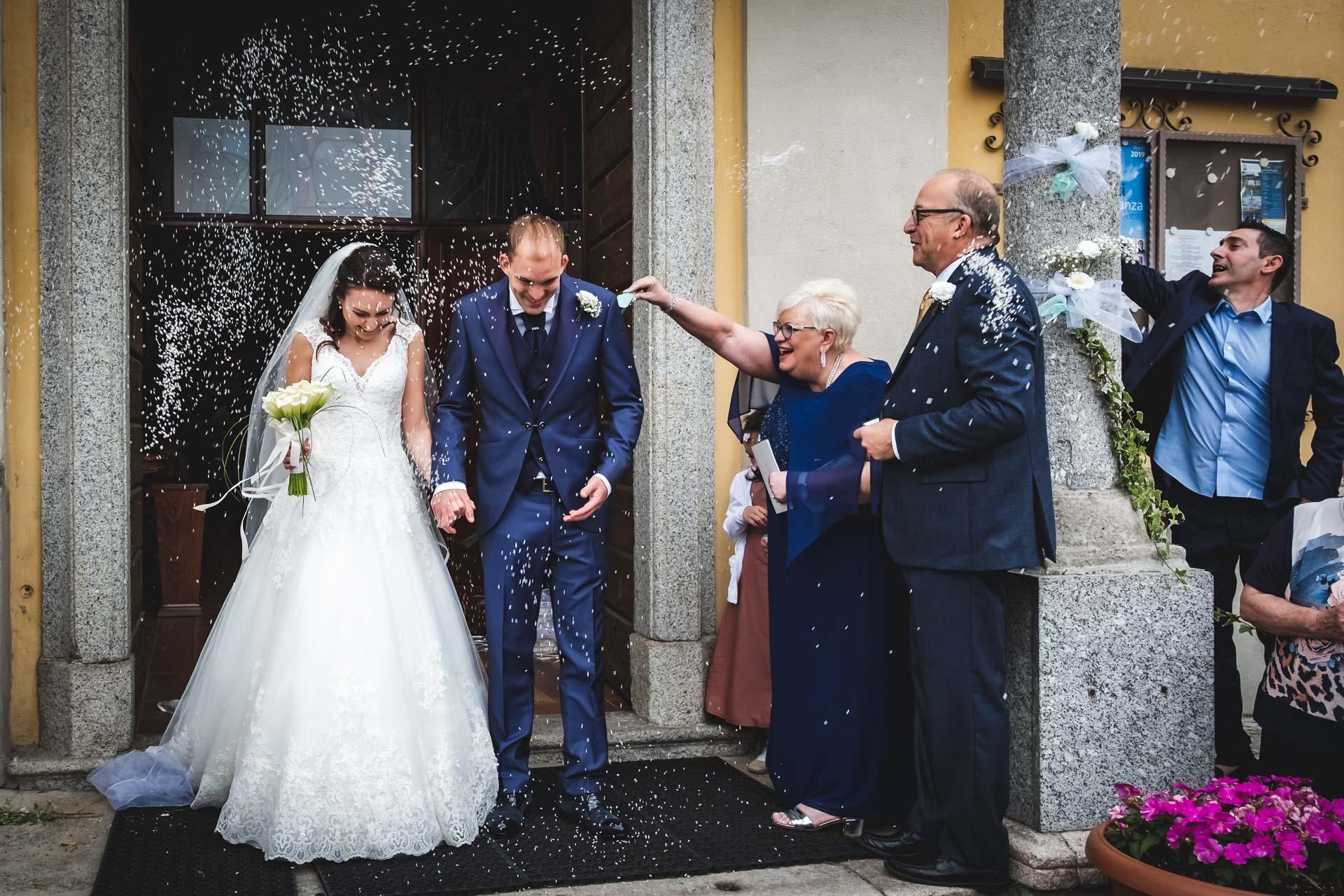 sposi sagrato riso invitati