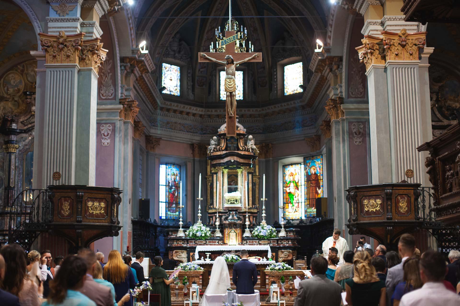 chiesa interno matrimonio sposi invitati