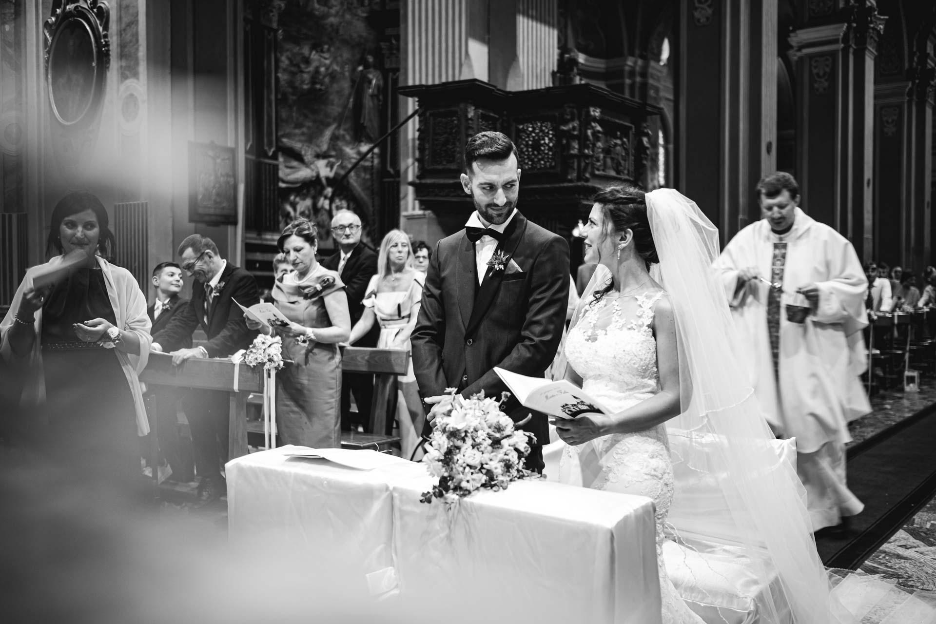 chiesa matrimonio interno sposi invitati bianco e nero