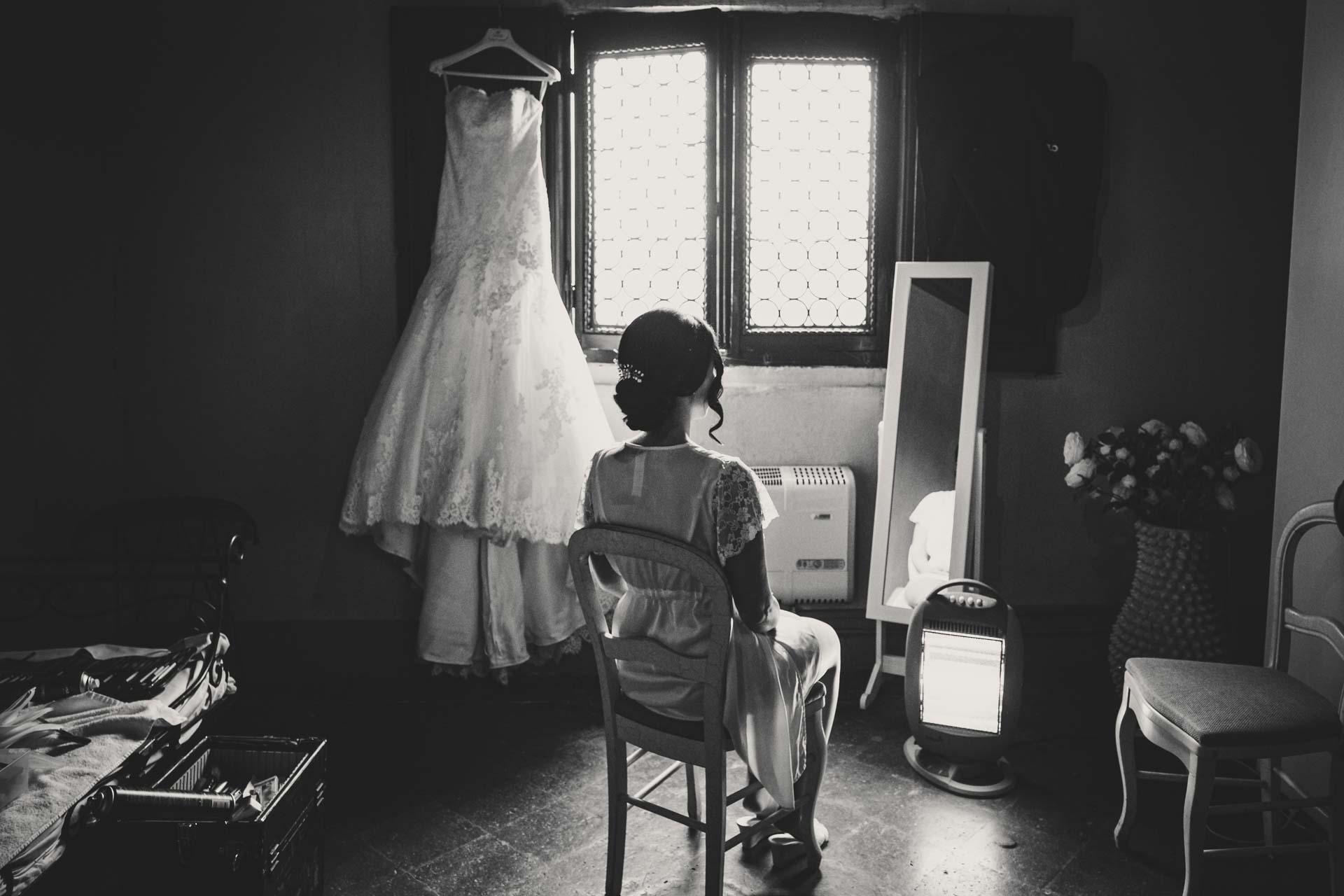 sposa abito sedia finestra specchio bianco nero