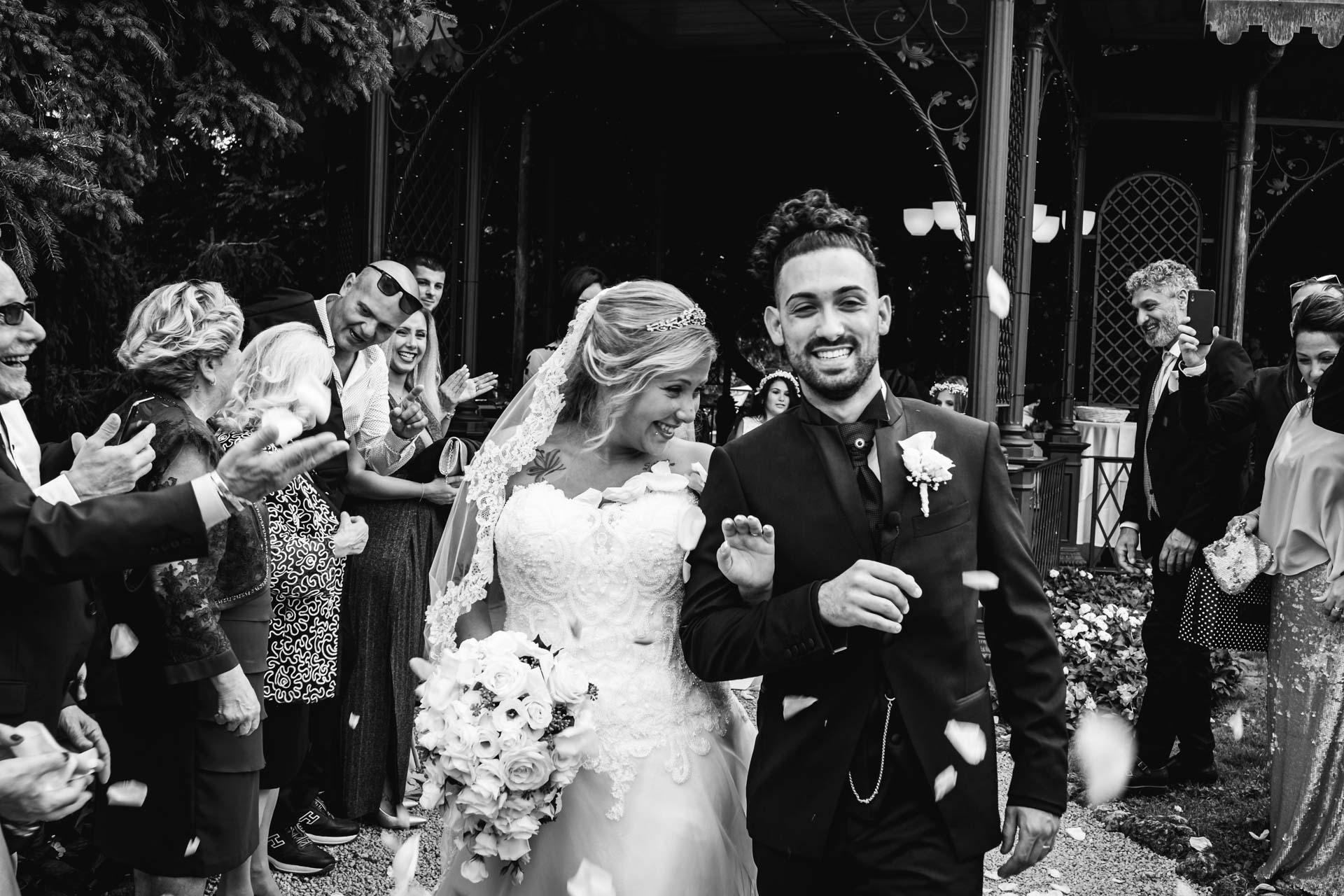 sposi celebrazione invitati bianco nero