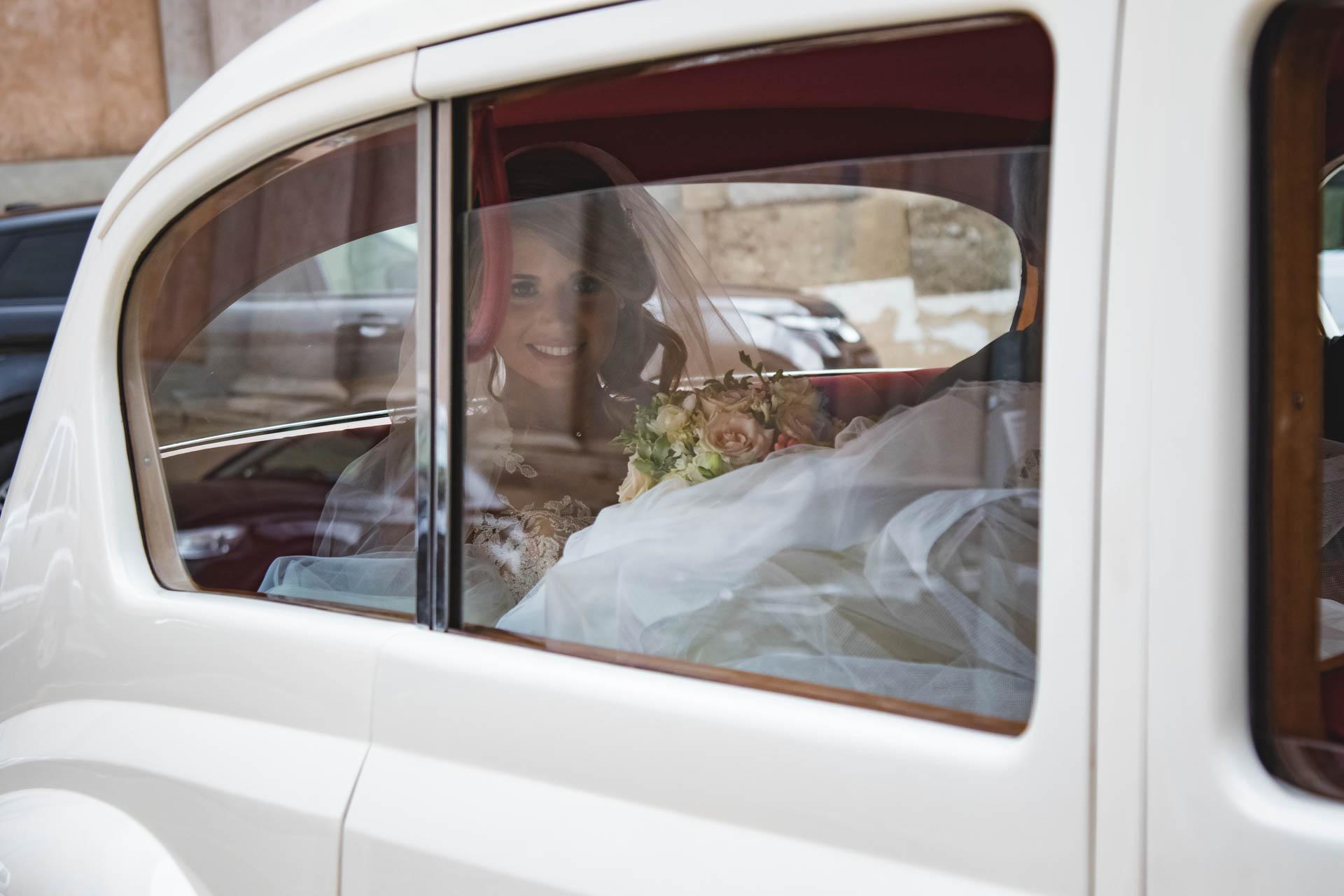 sposa auto sorriso