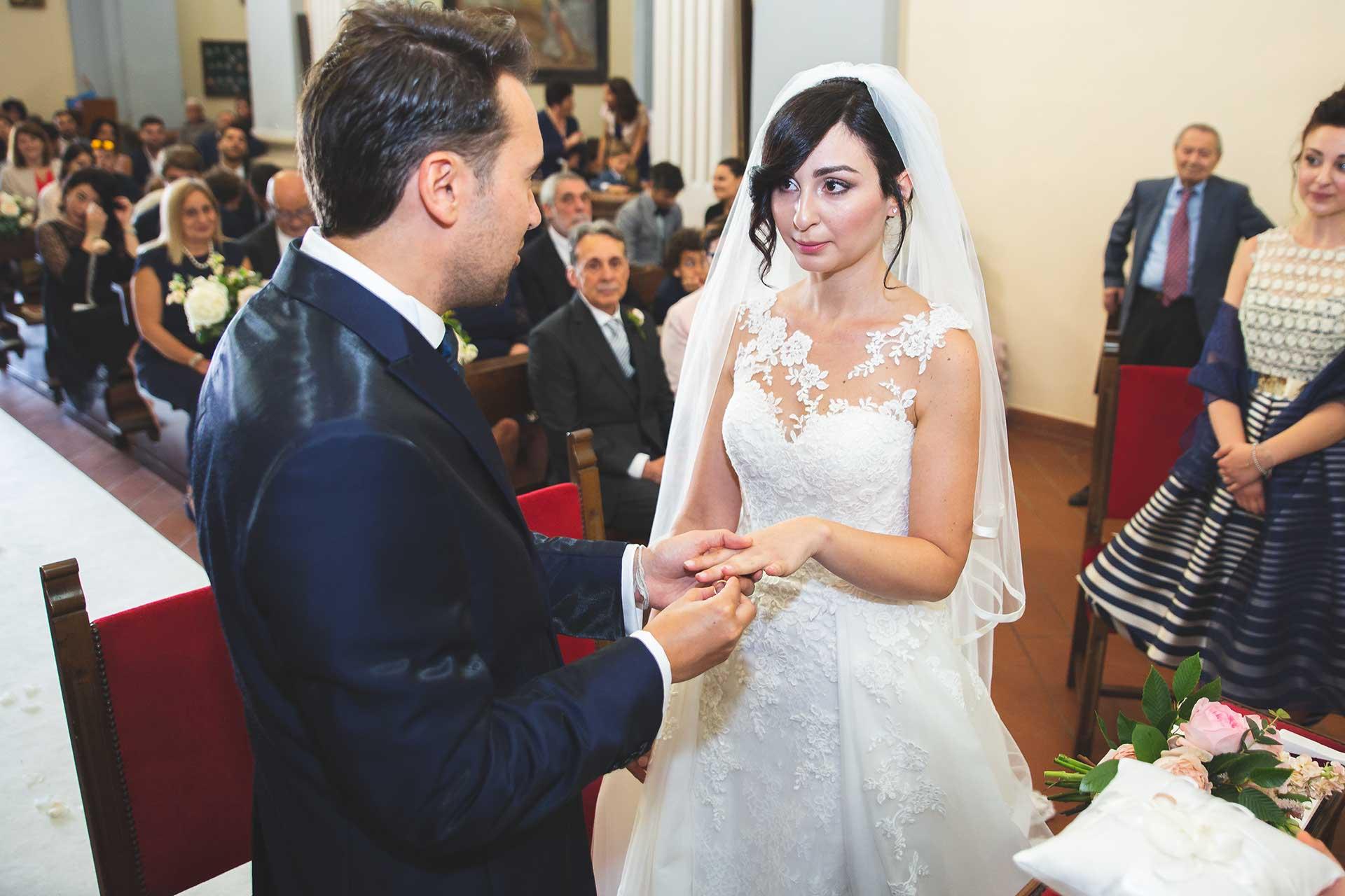 sposi altare scambio fedi