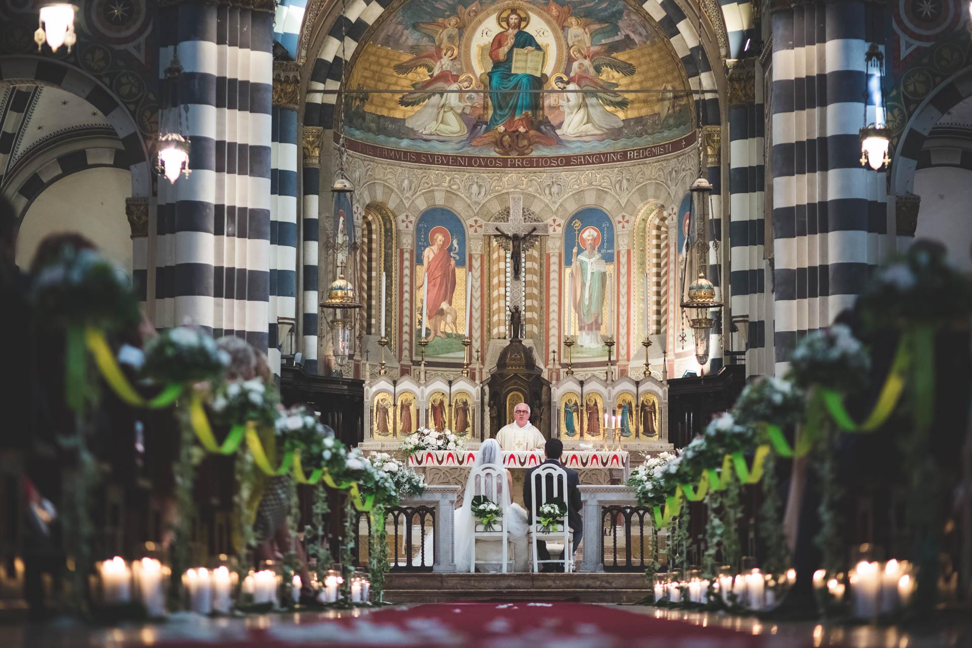 chiesa sacerdote sposi altare cerimonia
