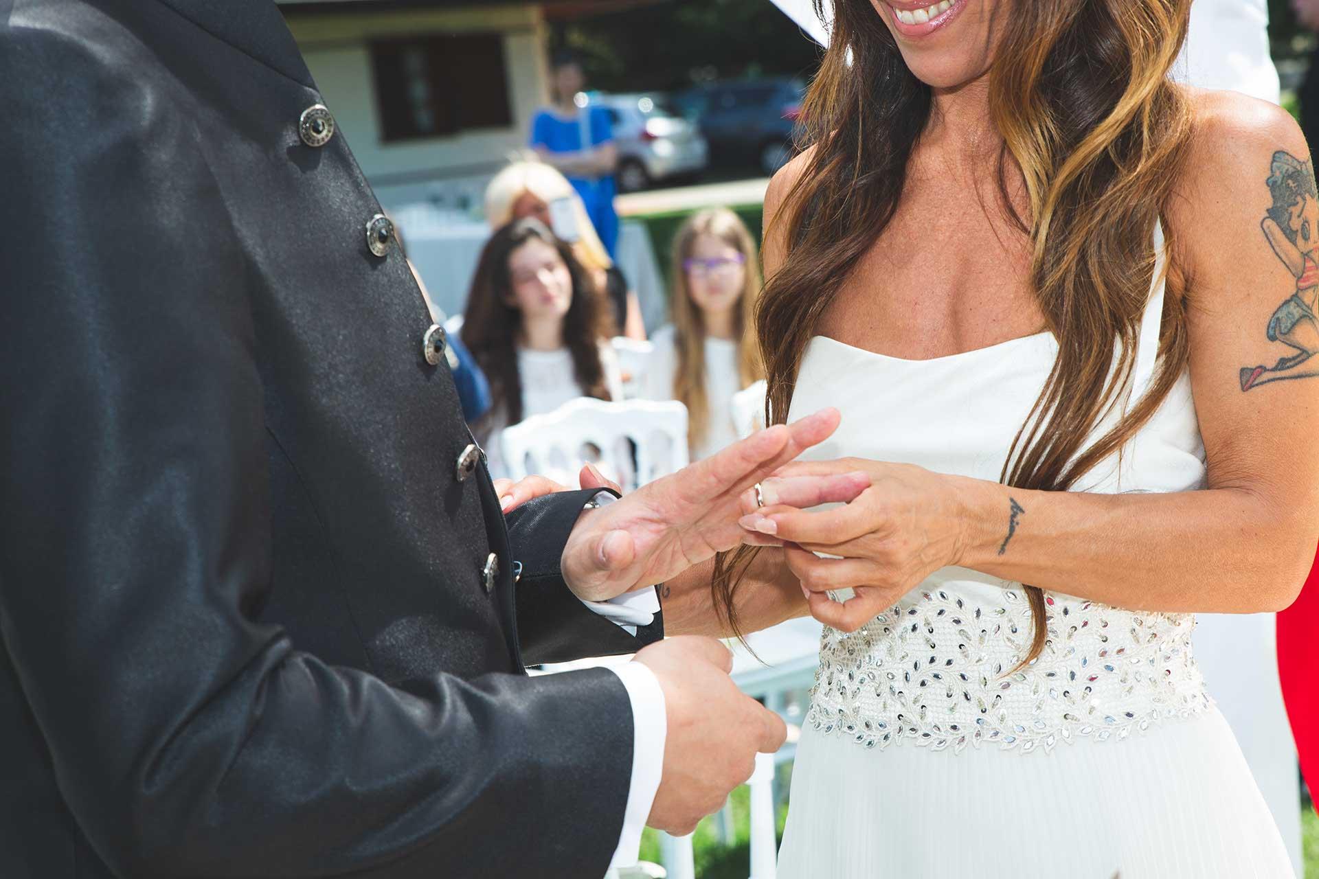 sposi scambio fedi cerimonia