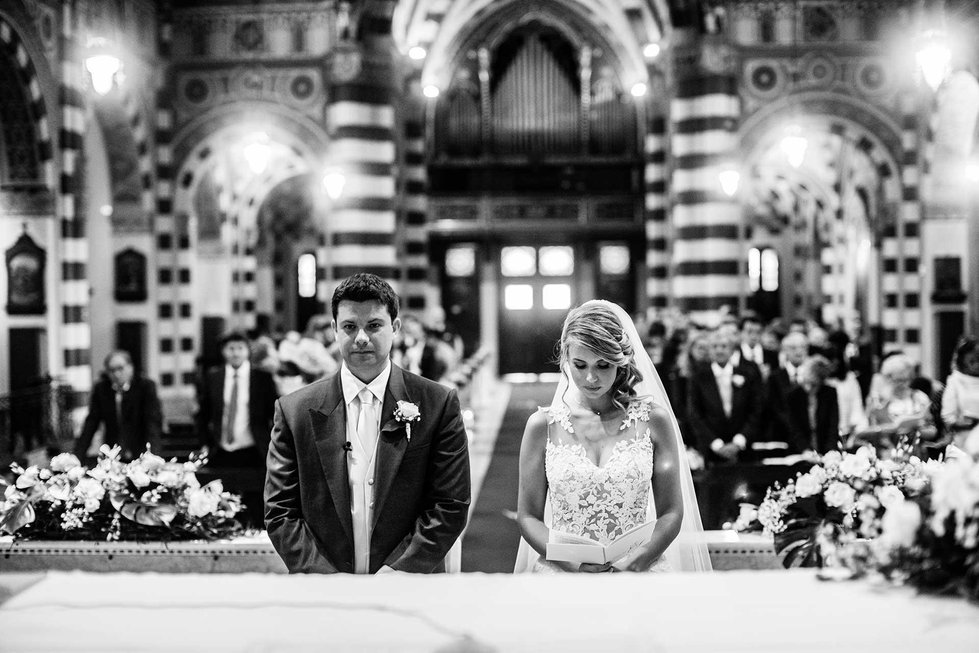 sposi altare cerimonia invitati chiesa bianco nero