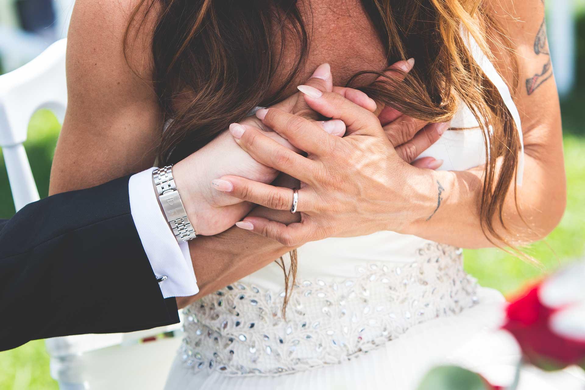 sposi mani matrimonio