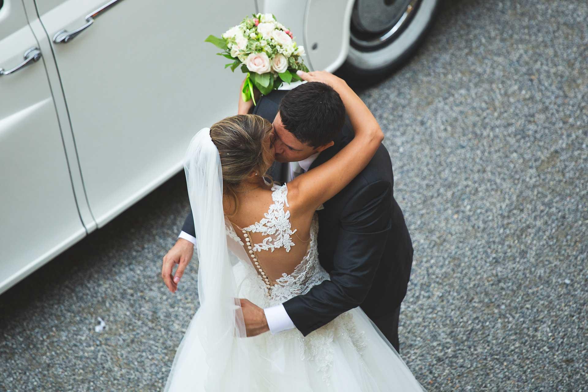sposi bacio auto bouquet