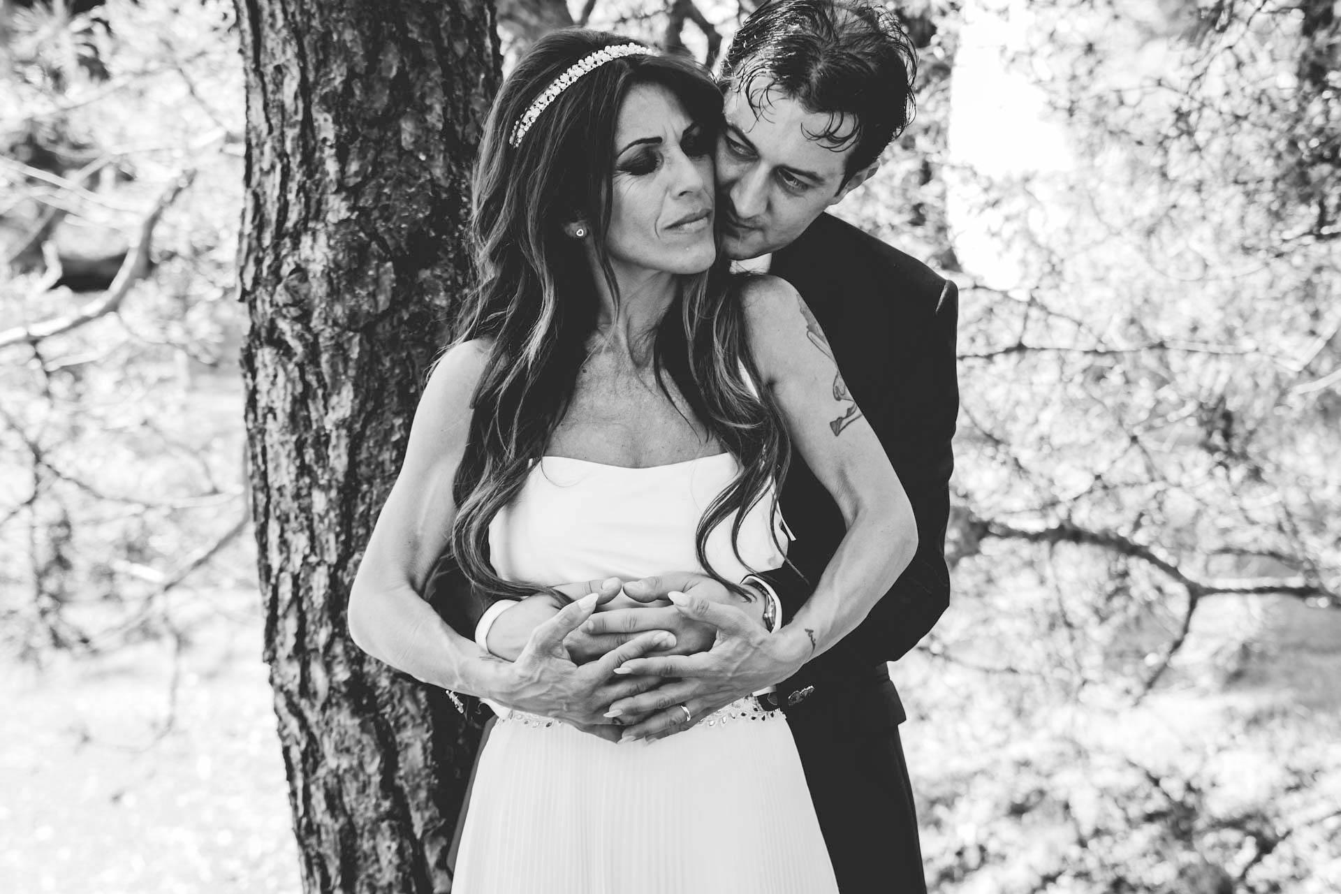 sposi abbraccio bianco nero