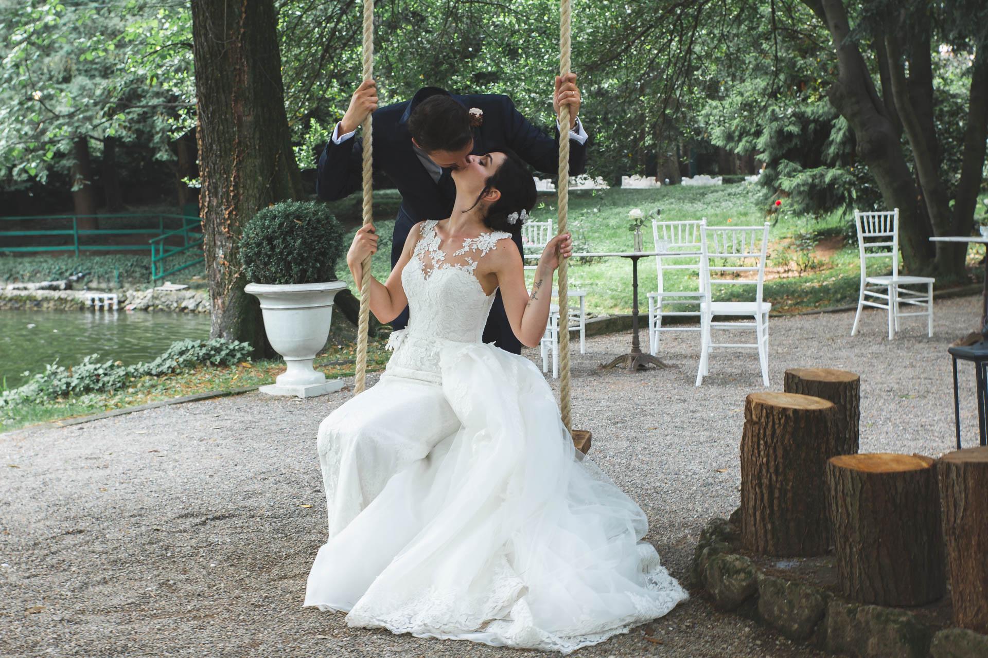 sposi bacio altalena