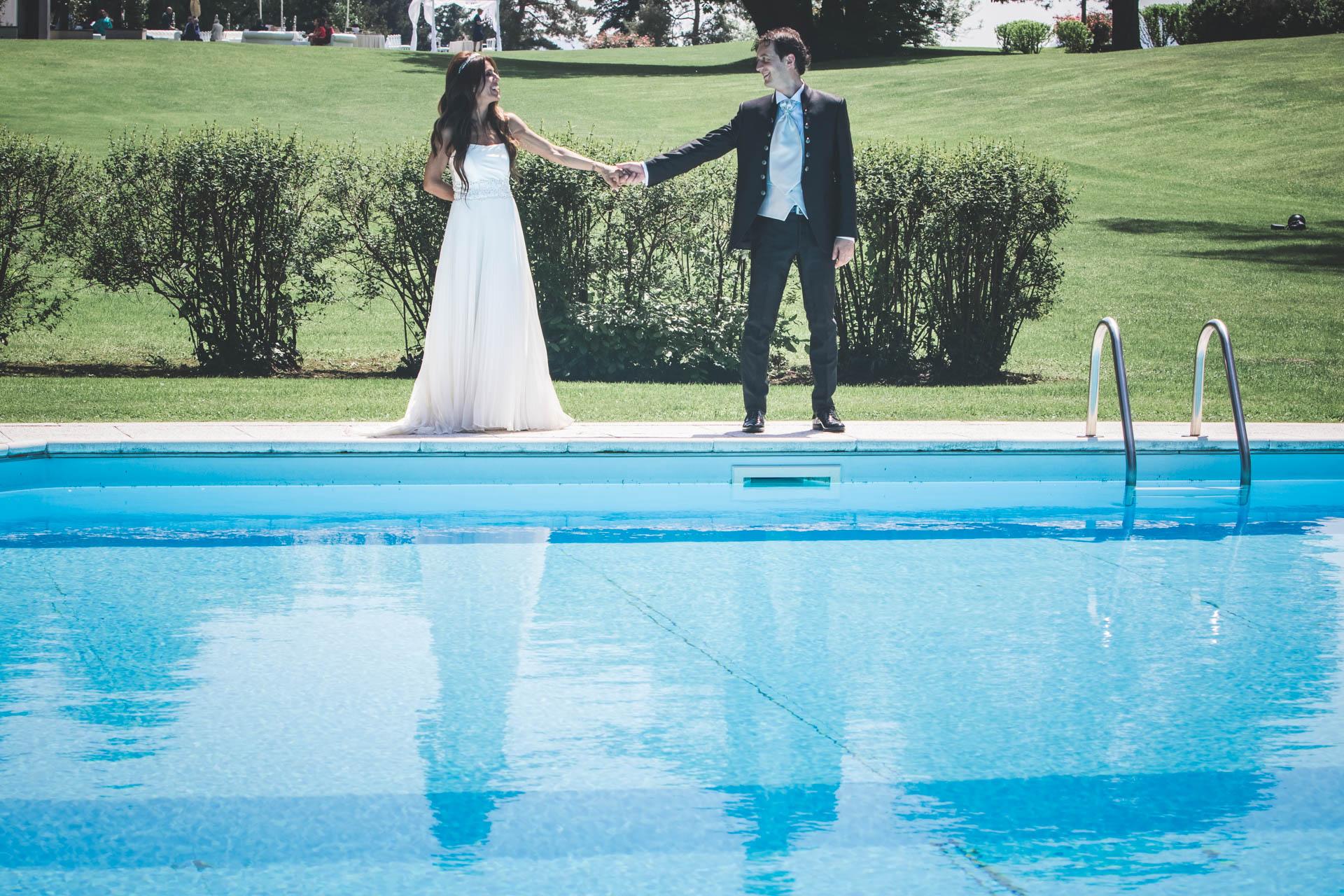 sposi mano piscina