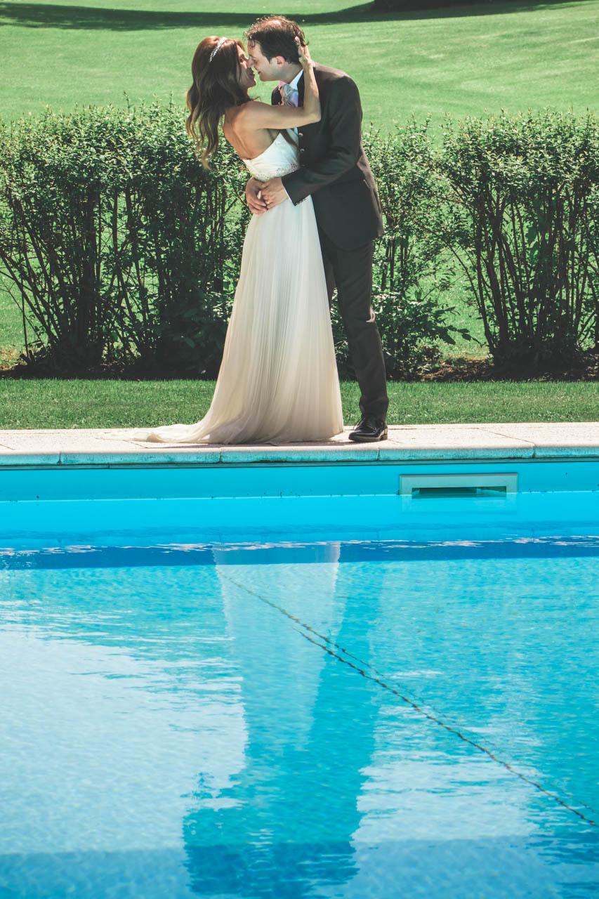 sposi bacio piscina