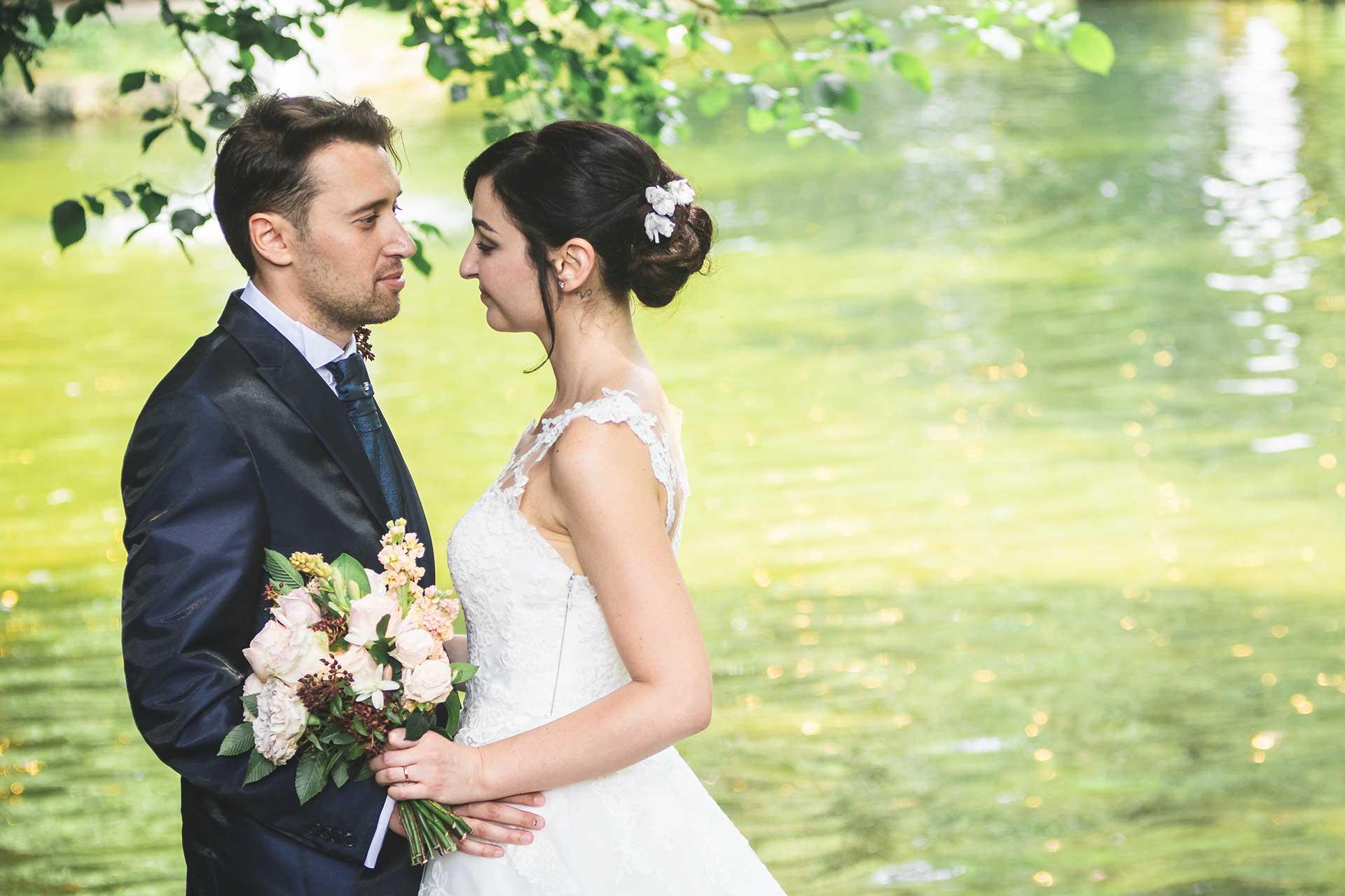 sposi sguardi bouquet profilo laghetto