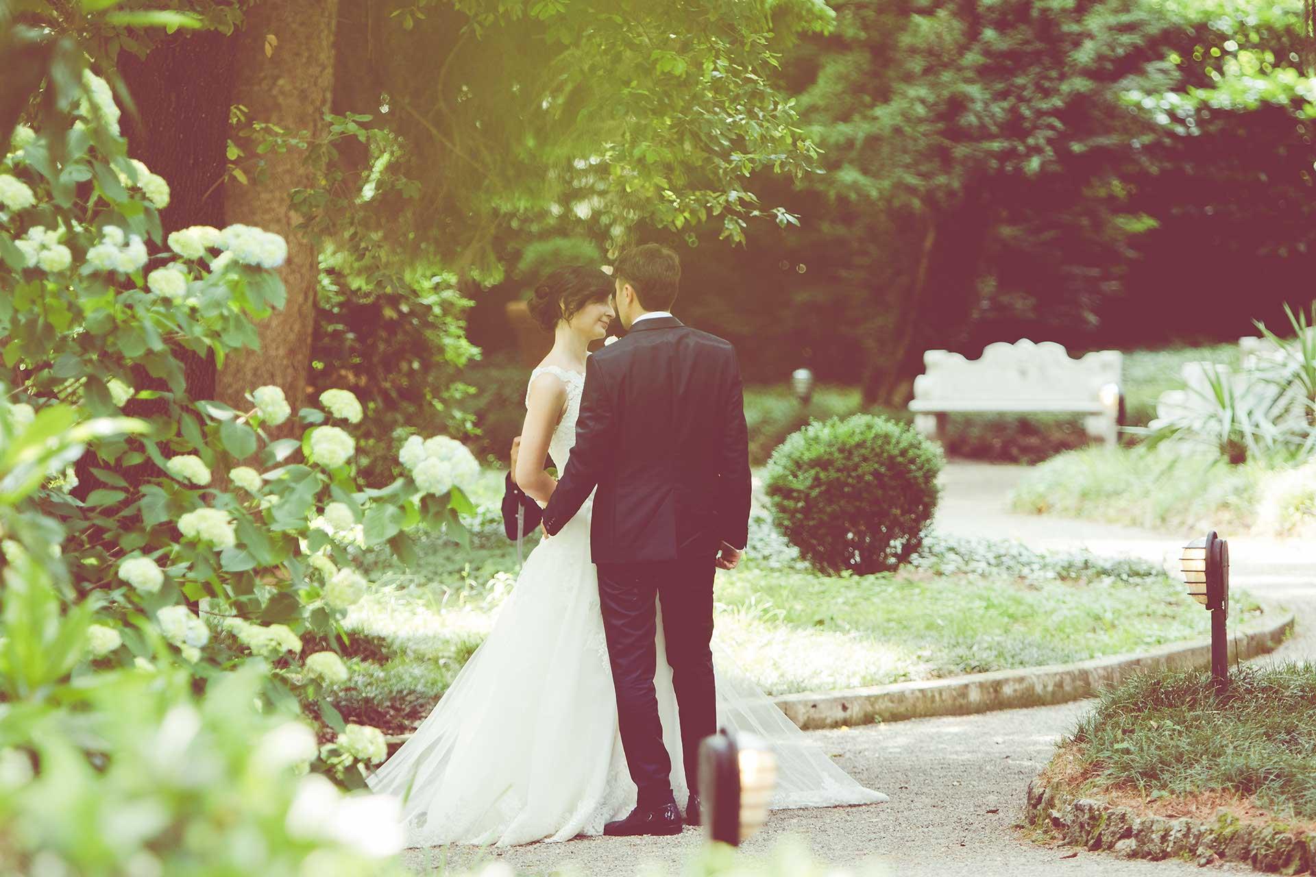 sposi abbraccio giardino