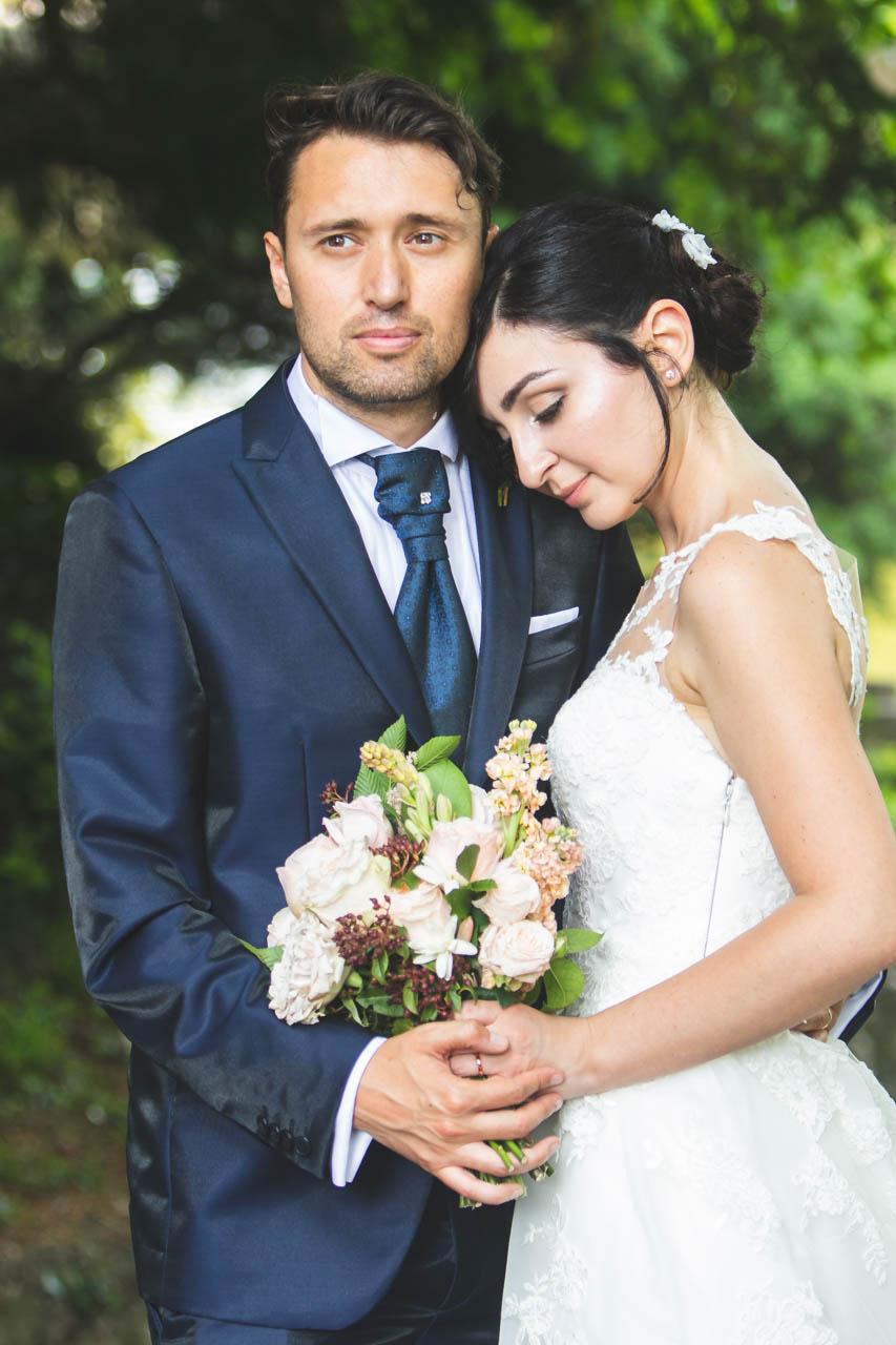 sposi abbraccio bouquet