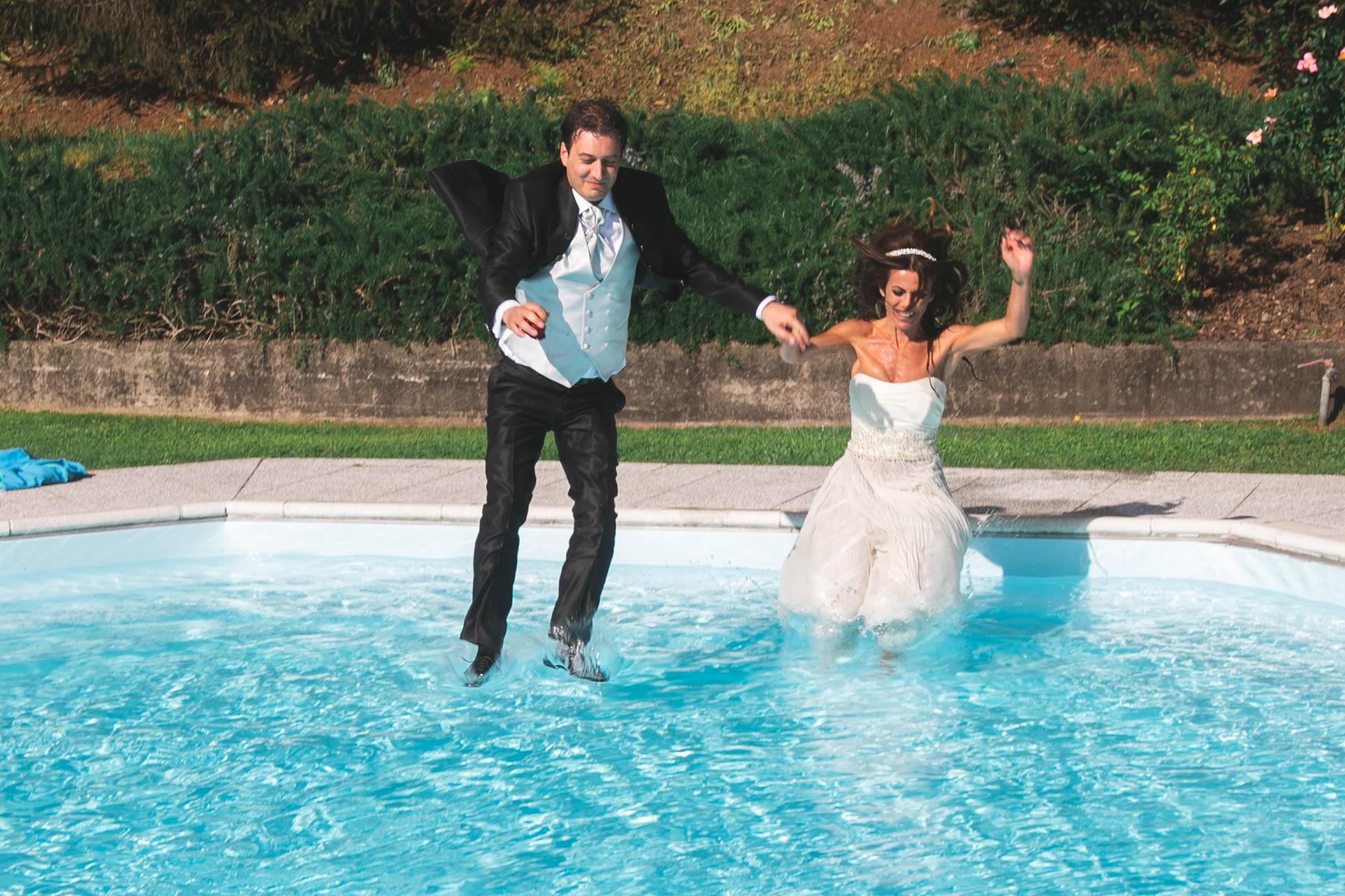 sposi tuffo piscina