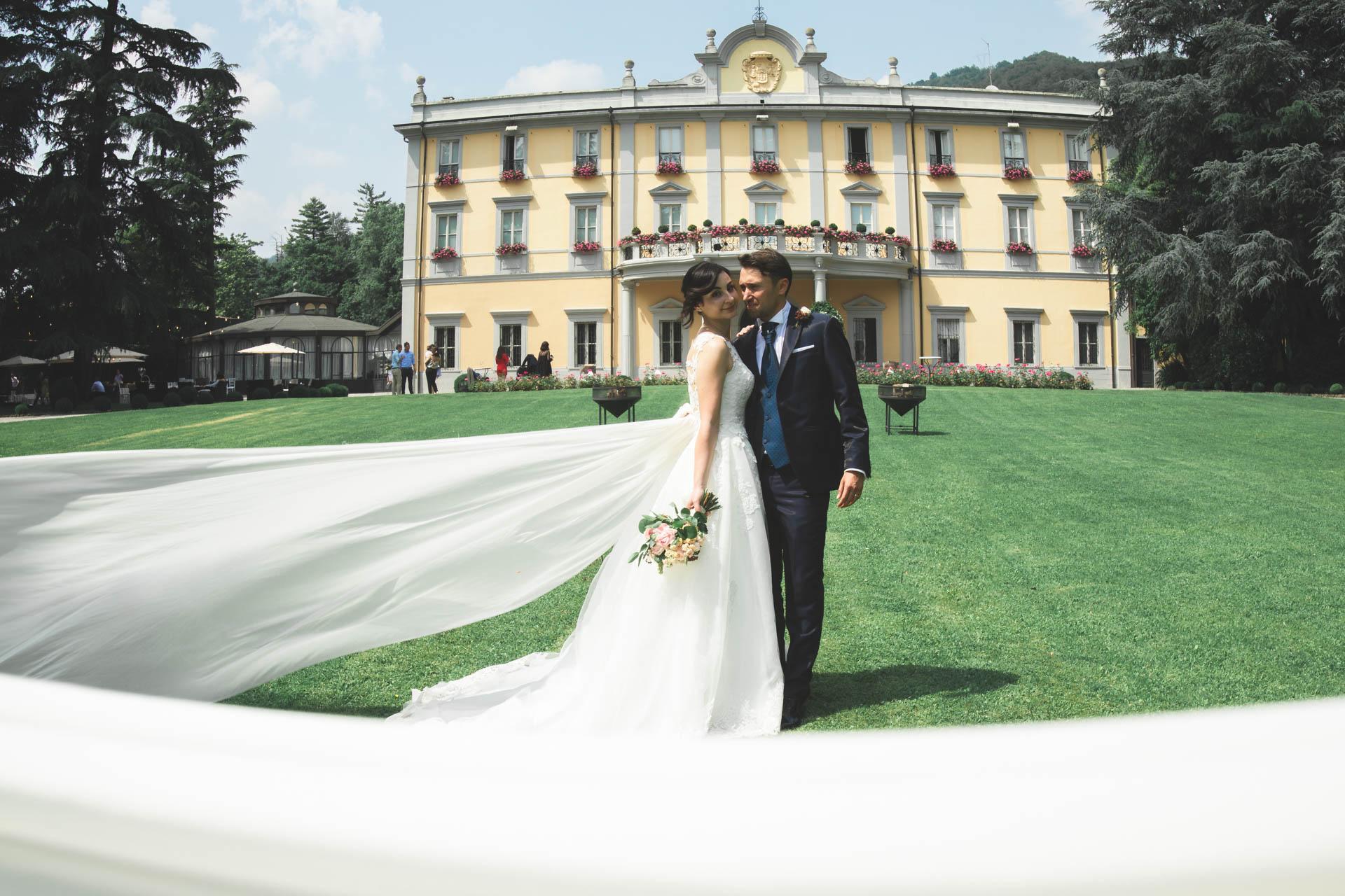 sposi abbraccio velo villa acquaroli esterno