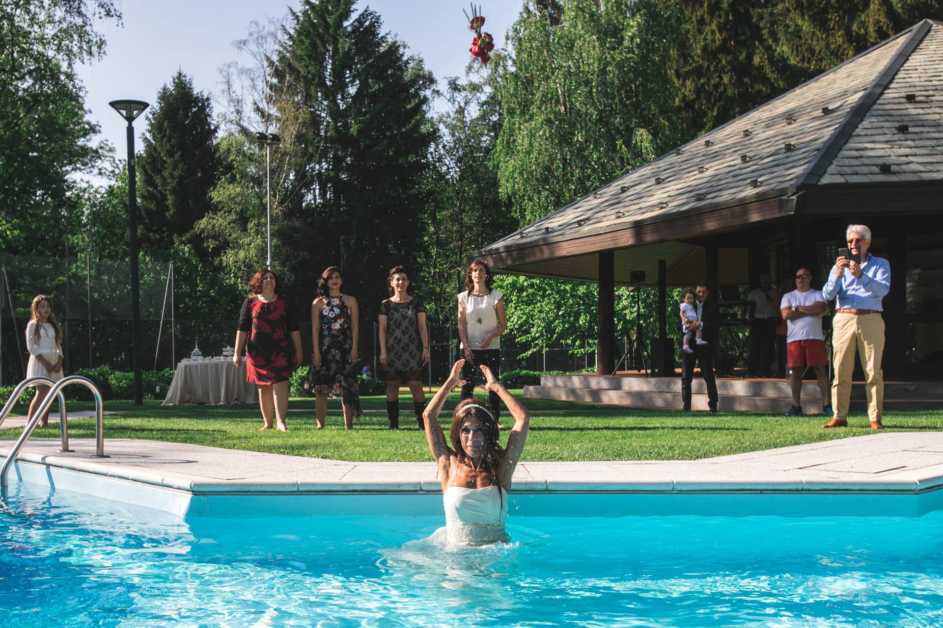 sposa piscina lancio del bouquet invitati