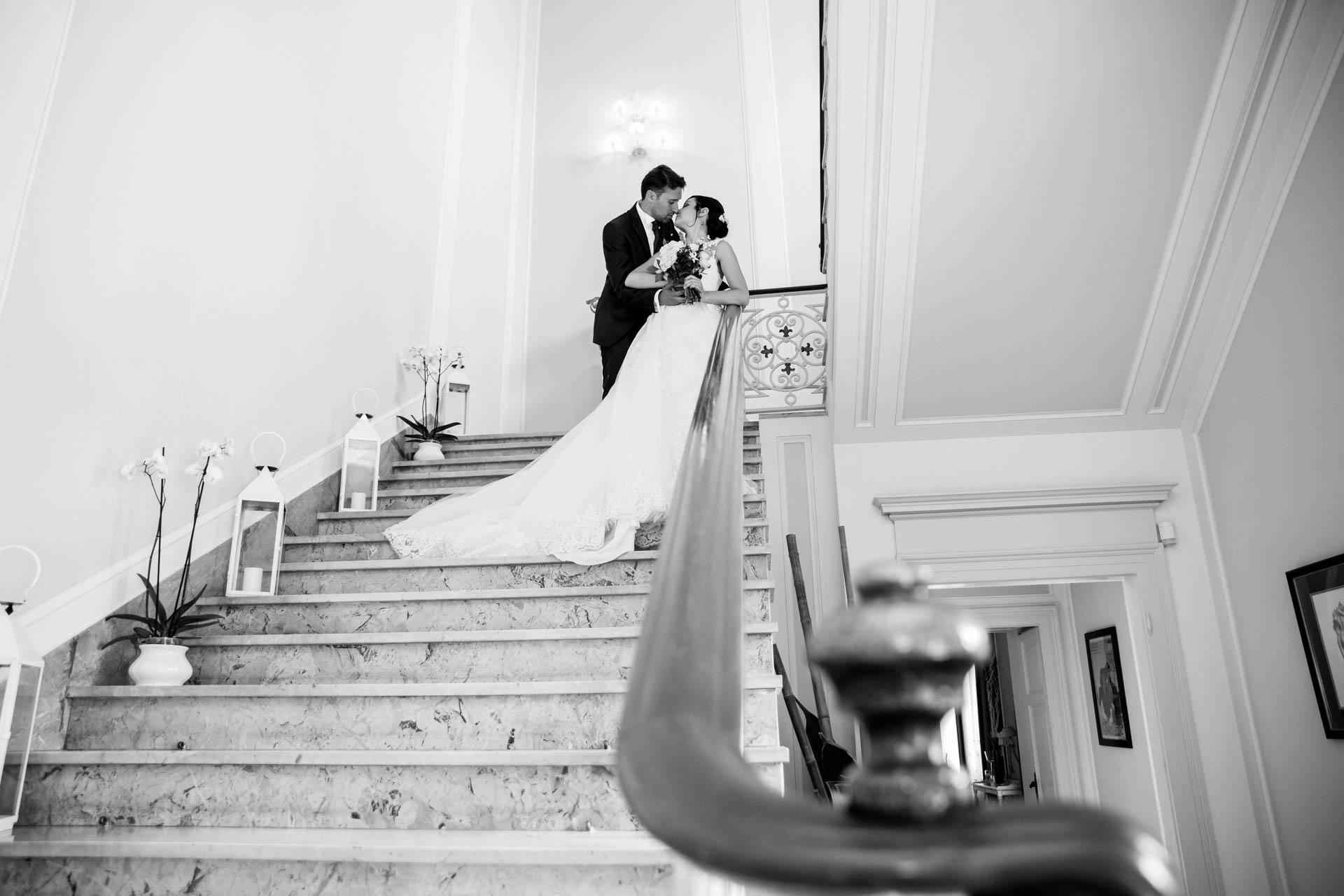 sposi scala bacio bianco nero