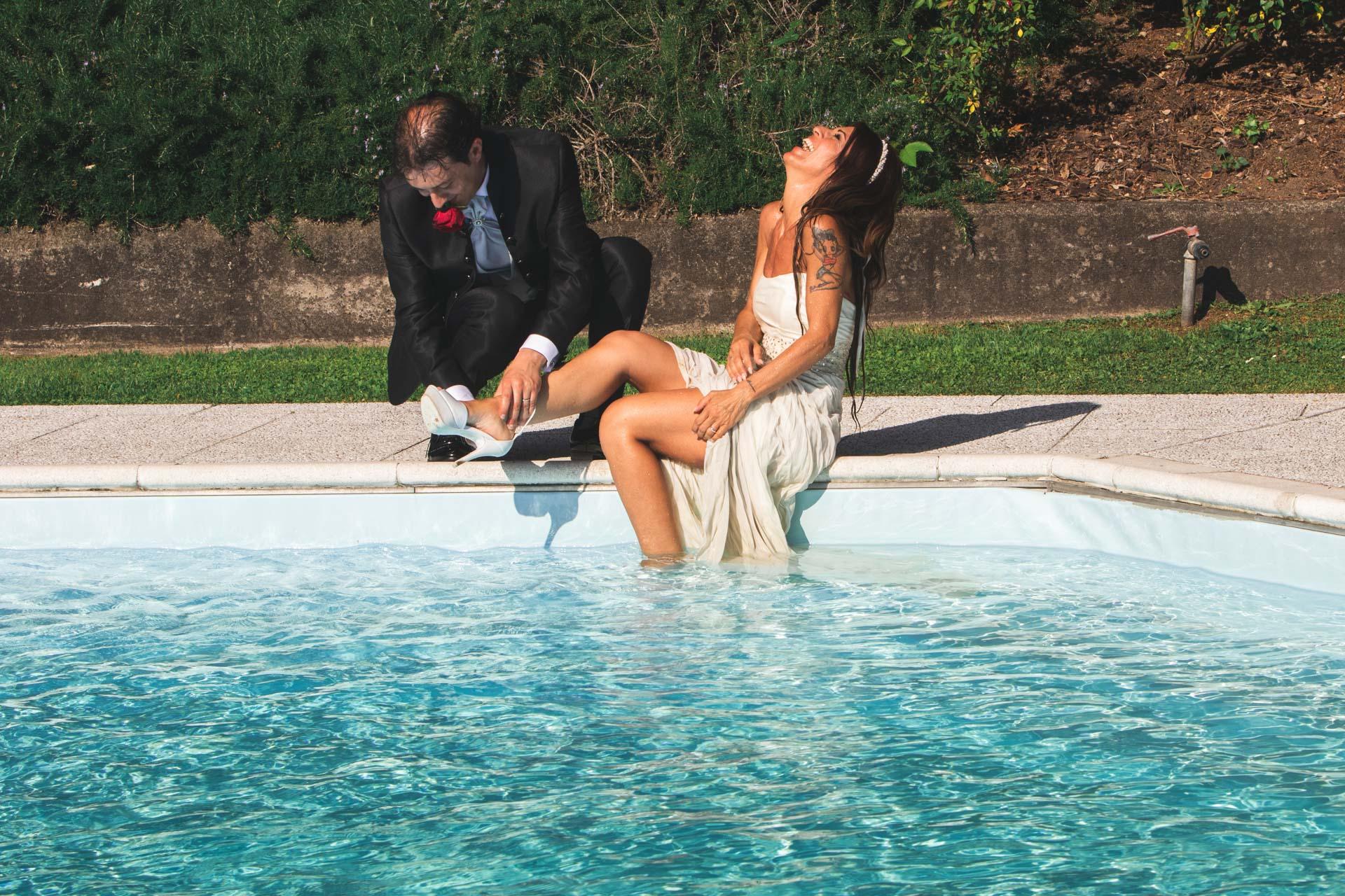 sposi piscina ricevimento