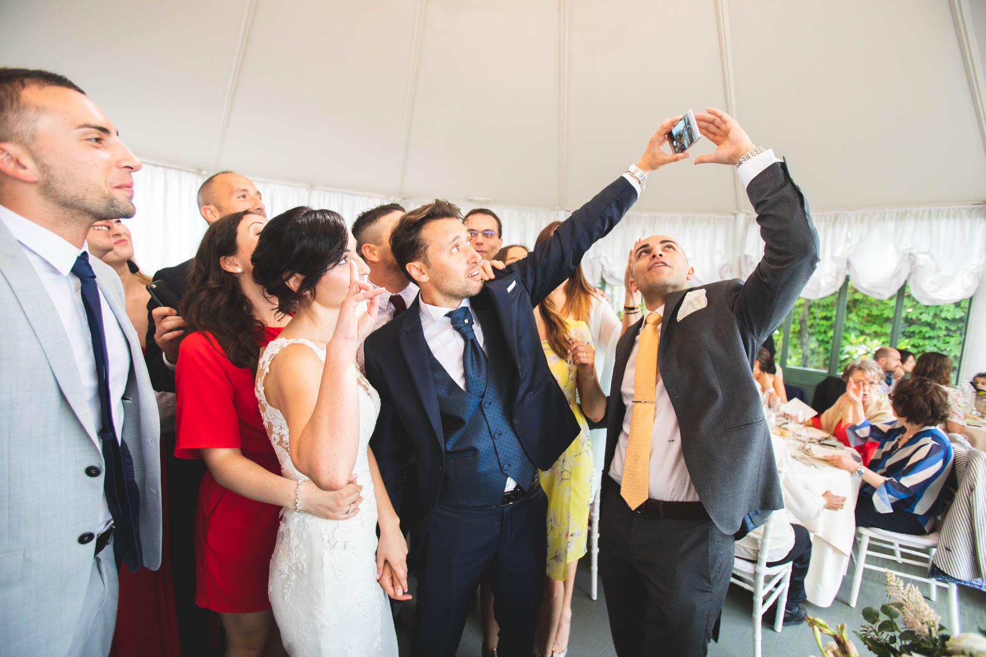 sposi invitati ricevimento selfie