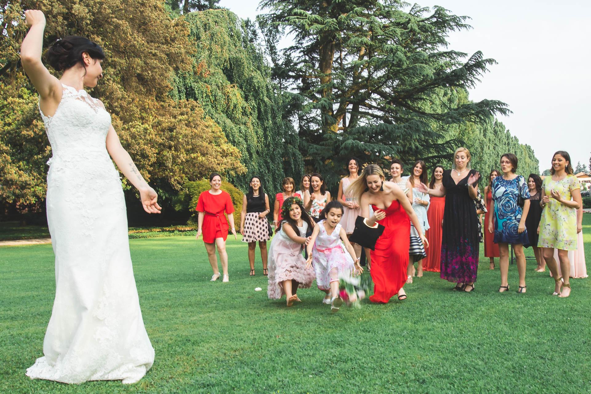 sposa lancio del bouquet damigelle invitati
