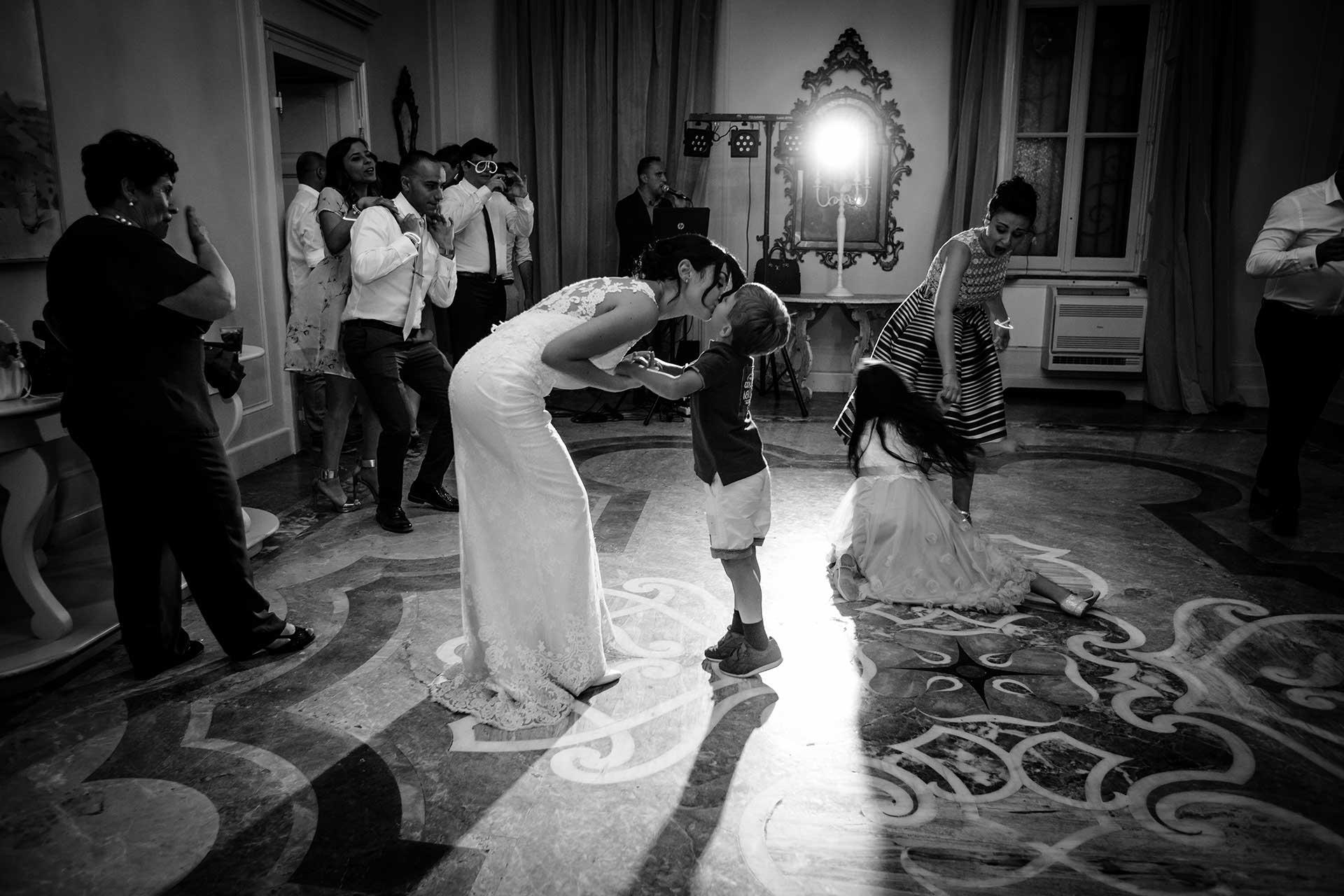 sposa invitati bambini ballo bianco nero