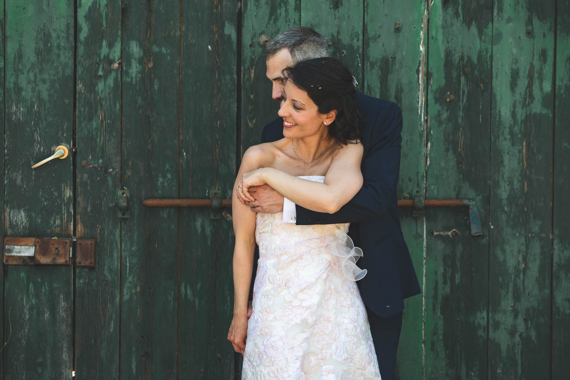 sposi abbraccio portone