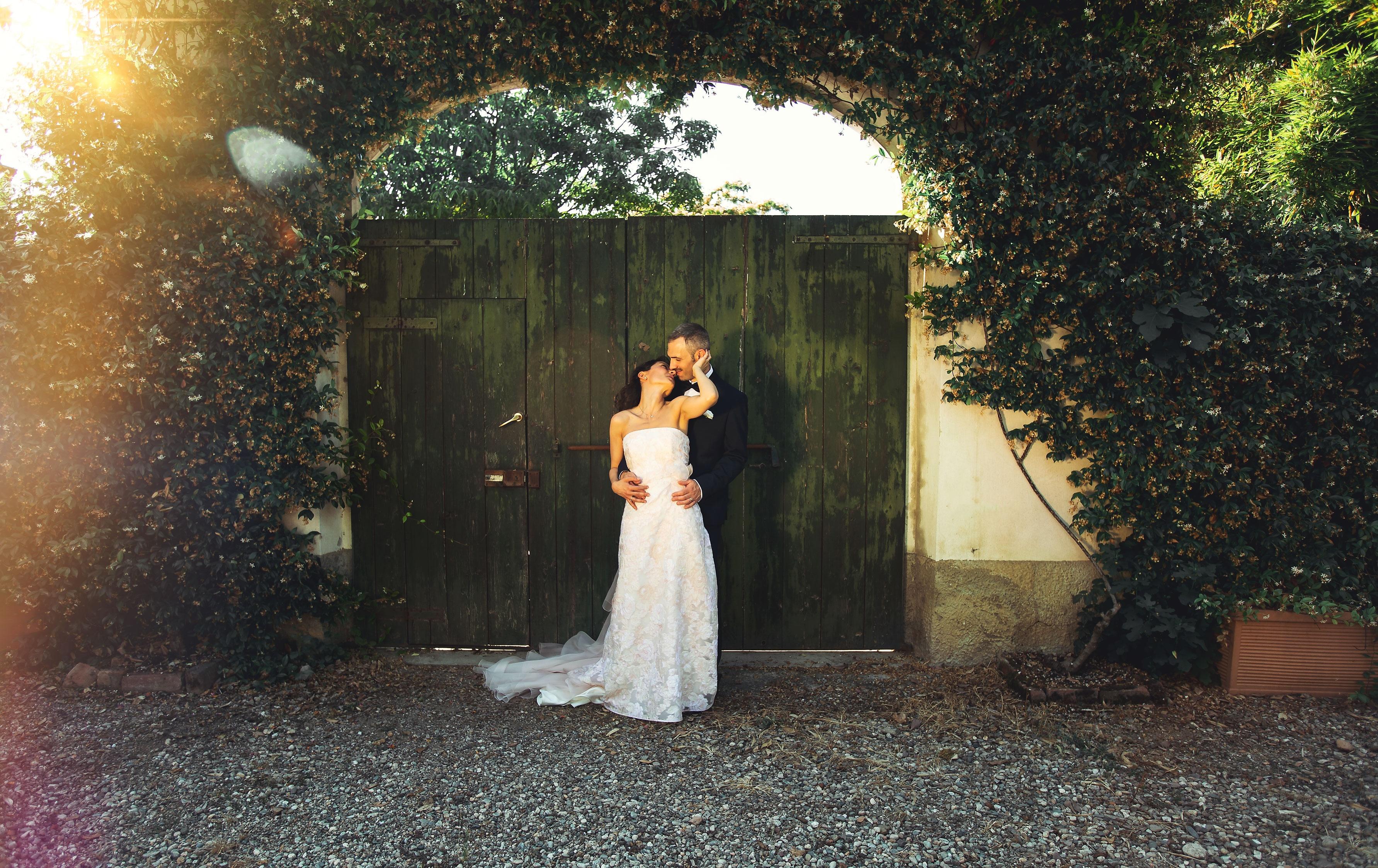 sposi bacio portone