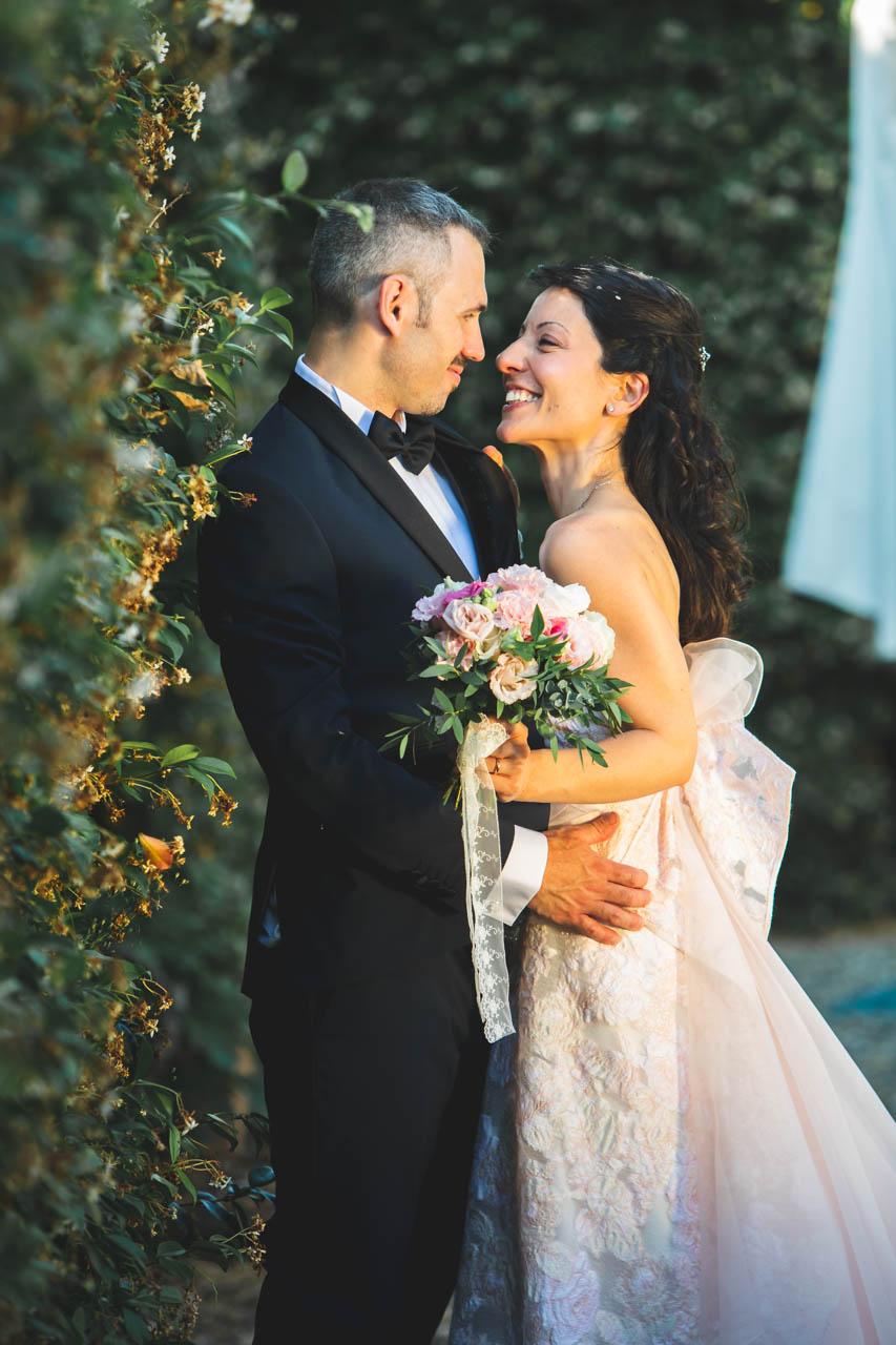 sposi abbraccio bouquet esterno