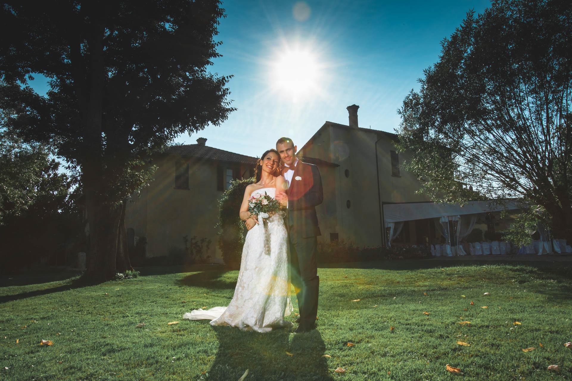 sposi abbraccio sole