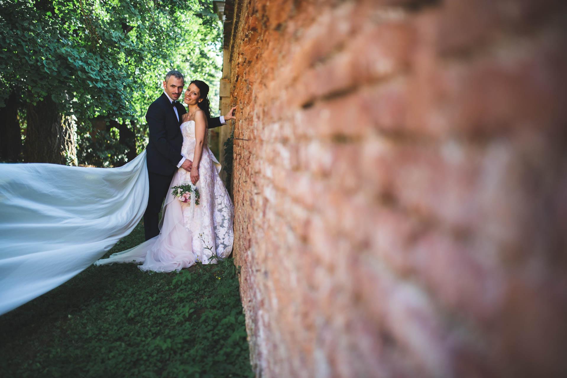sposi abbraccio muro esterno