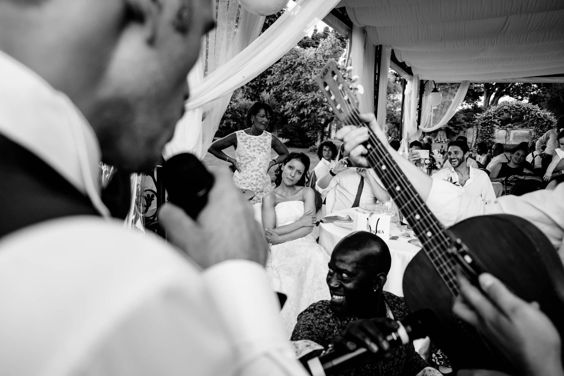 sposa matrimonio chitarra ricevimento invitati bianco nero