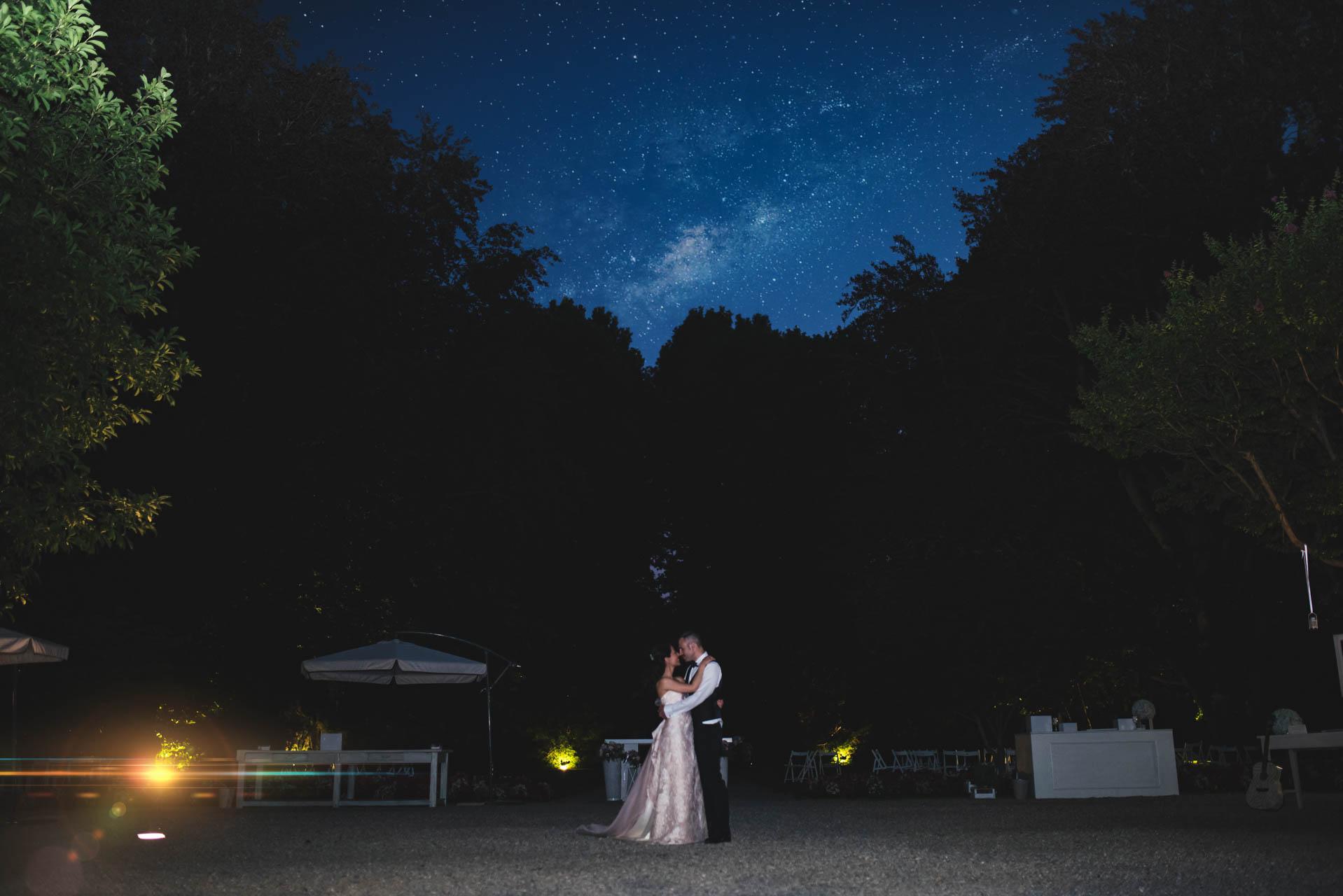 sposi abbraccio esterno notte stelle