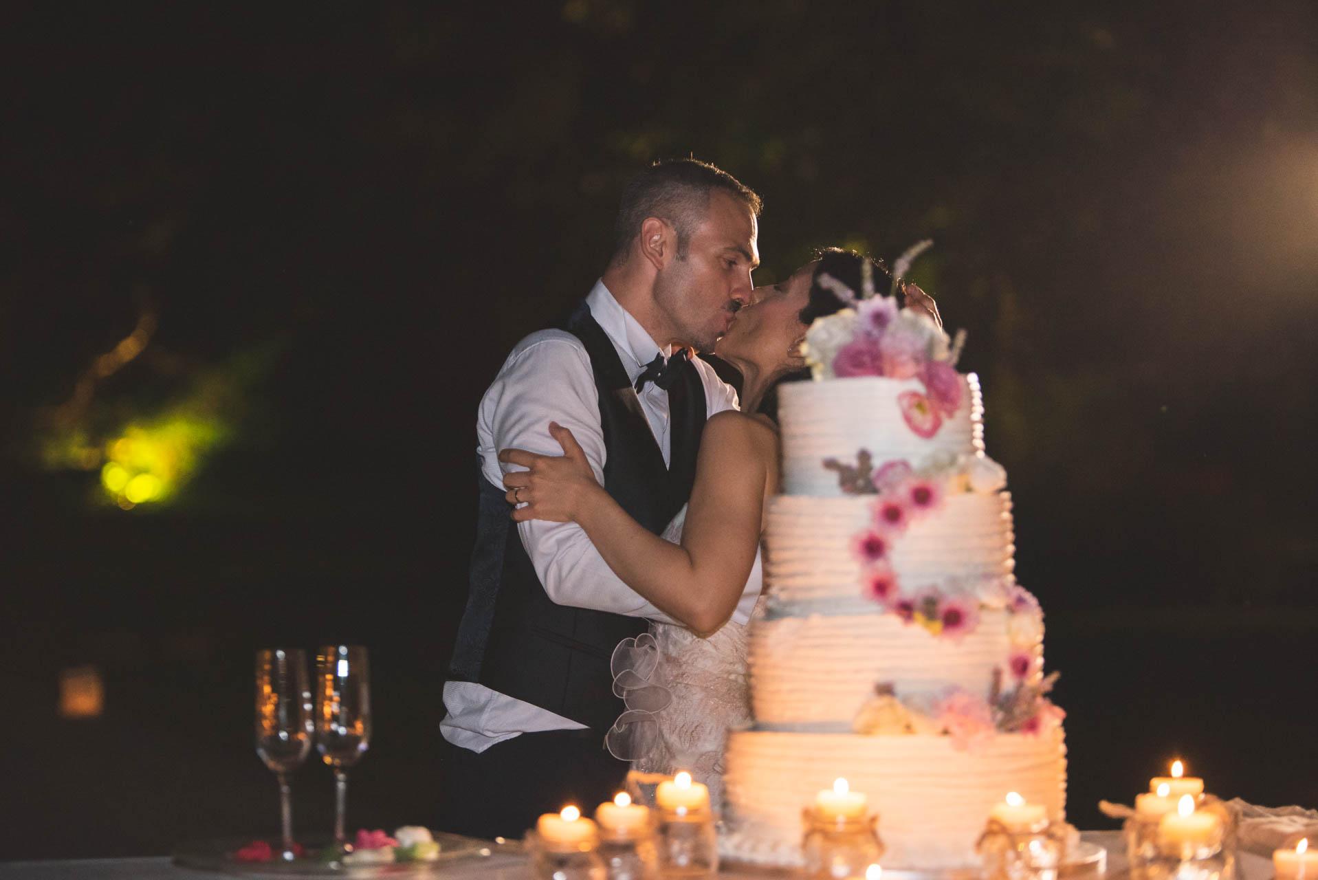 sposi bacio torta nuziale