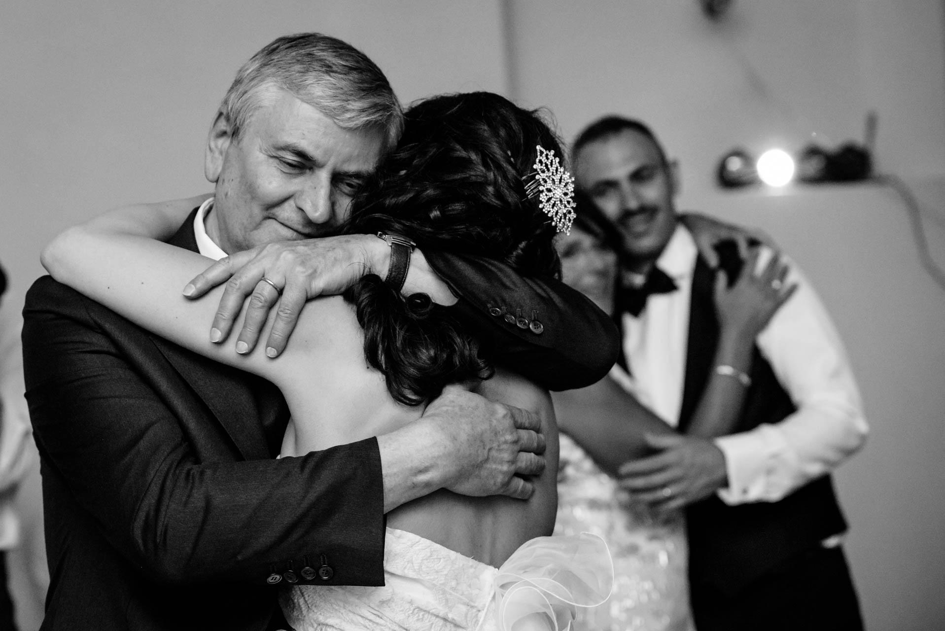 sposa papà abbraccio bianco nero